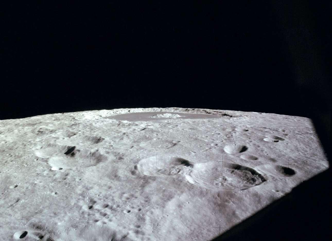 Η οριζόντια όψη του κρατήρα Τσιολκόβσκι (στο κέντρο του ορίζοντα) της Σελήνης, όπως απαθανατίστηκε μέσα από το Apollo 12