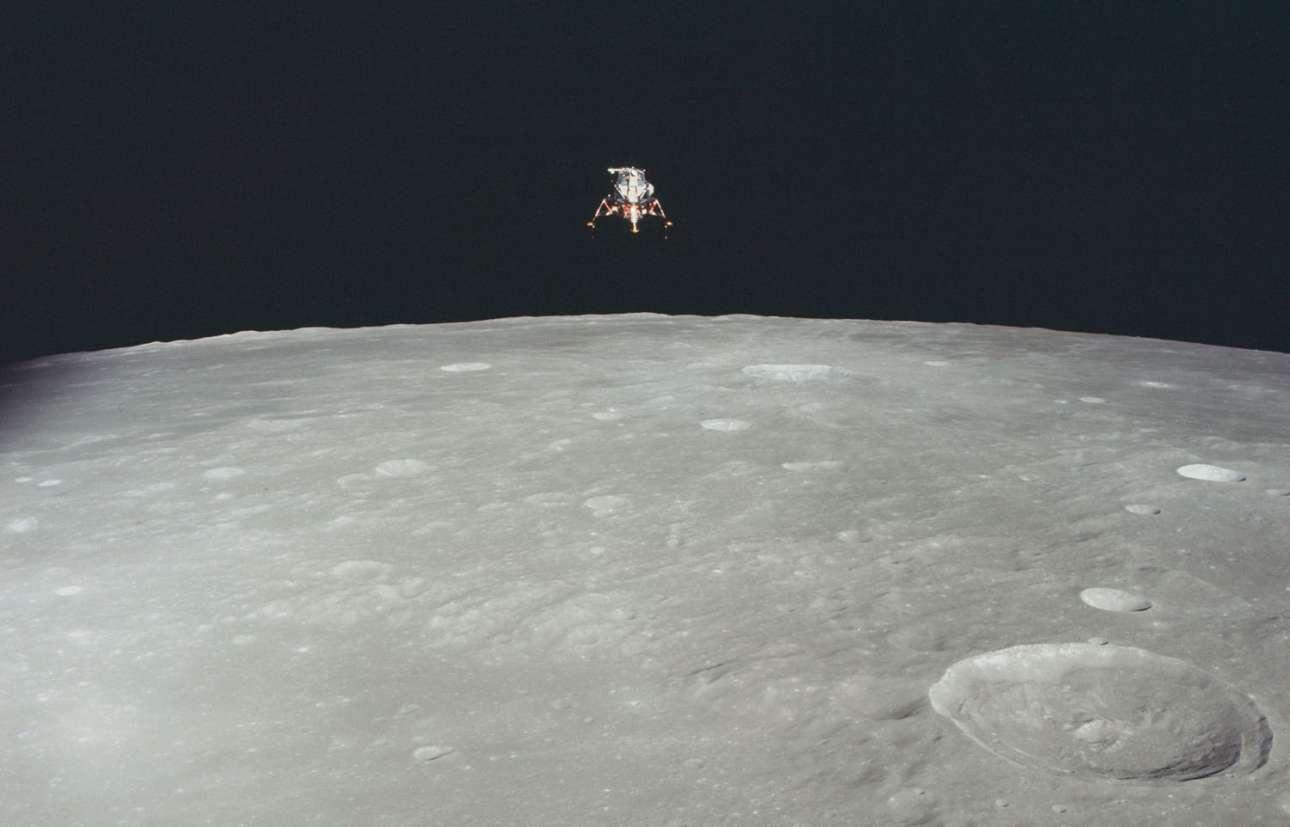 H προσελήνωση της σεληνάκατου του Apollo 12 σε μία φωτογραφία από σεληνιακή τροχιά. Ο μεγαλύτερος κρατήρας που διακρίνεται στο προσκήνιο είναι ο Πτολεμαίος