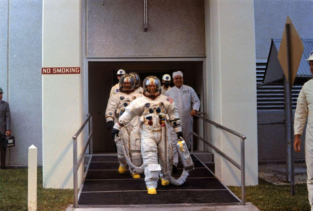 Αφού φόρεσαν τις στολές τους, οι αστροναύτες του Apollo 12 κατευθύνονται προς το όχημα που θα τους μεταφέρει στο Σύμπλεγμα Εκτόξευσης 39Α, από όπου και θα εκτοξευθούν στη Σελήνη. 14 Νοεμβρίου 1969