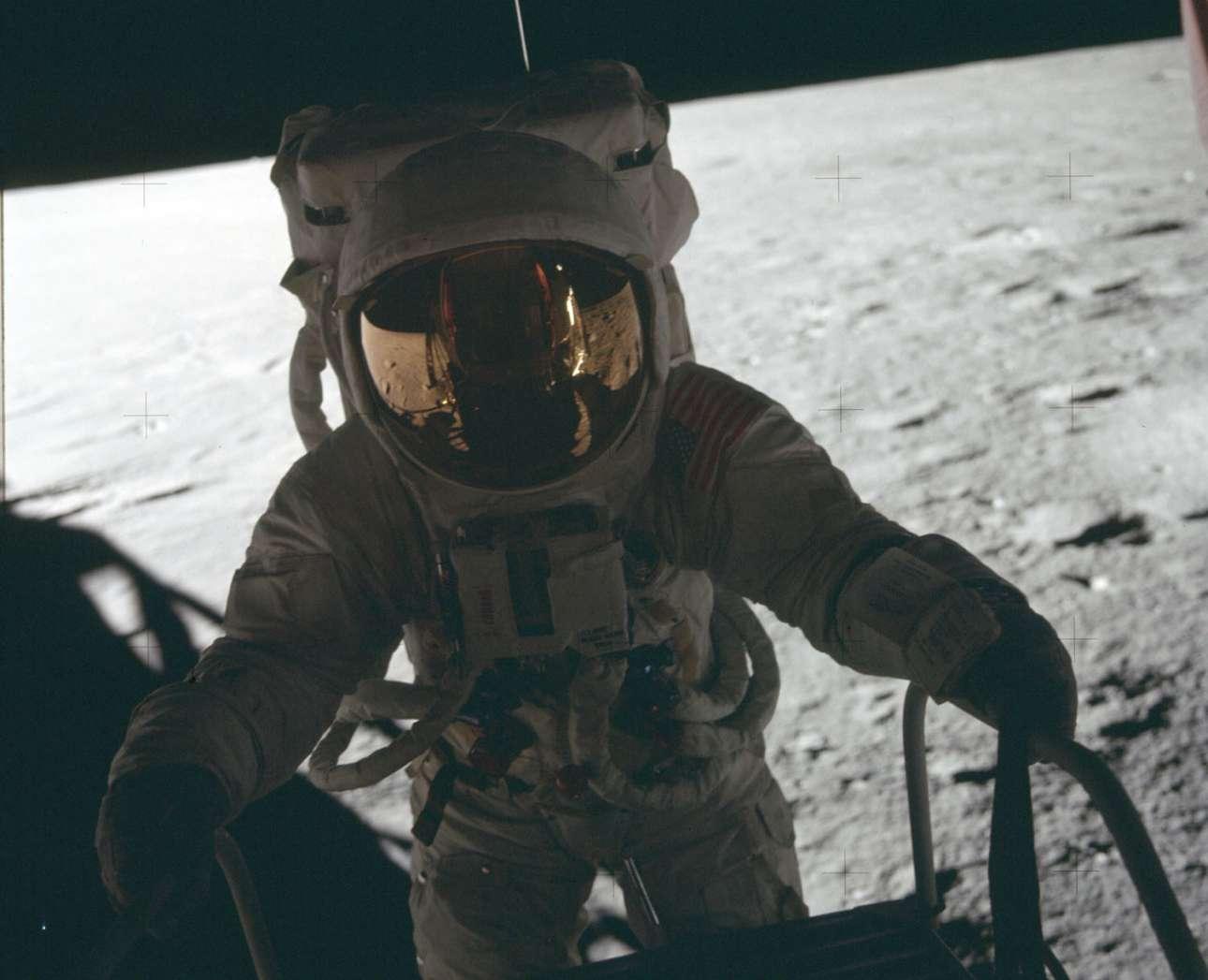 Επιτέλους στη Σελήνη! Ο Τσαρλς Κόνραντ βγαίνει από τη σεληνάκατο και ετοιμάζεται να ξεκινήσει της διαδικασία Σεληνιακής Εξωοχηματικής Δραστηριότητας, δηλαδή να πατήσει το πόδι του στη Σελήνη
