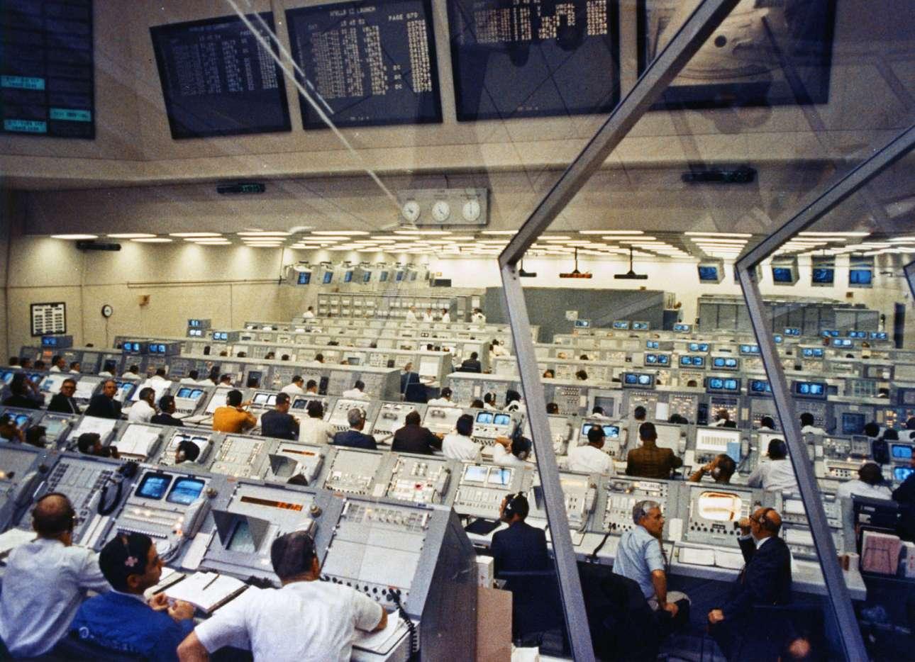 Οι εργαζόμενοι στο Τμήμα Εκτόξευσης ελέγχουν την δραστηριότητα στις λειτουργίες απογείωσης και προσθαλάσσωσης του Apollo 12