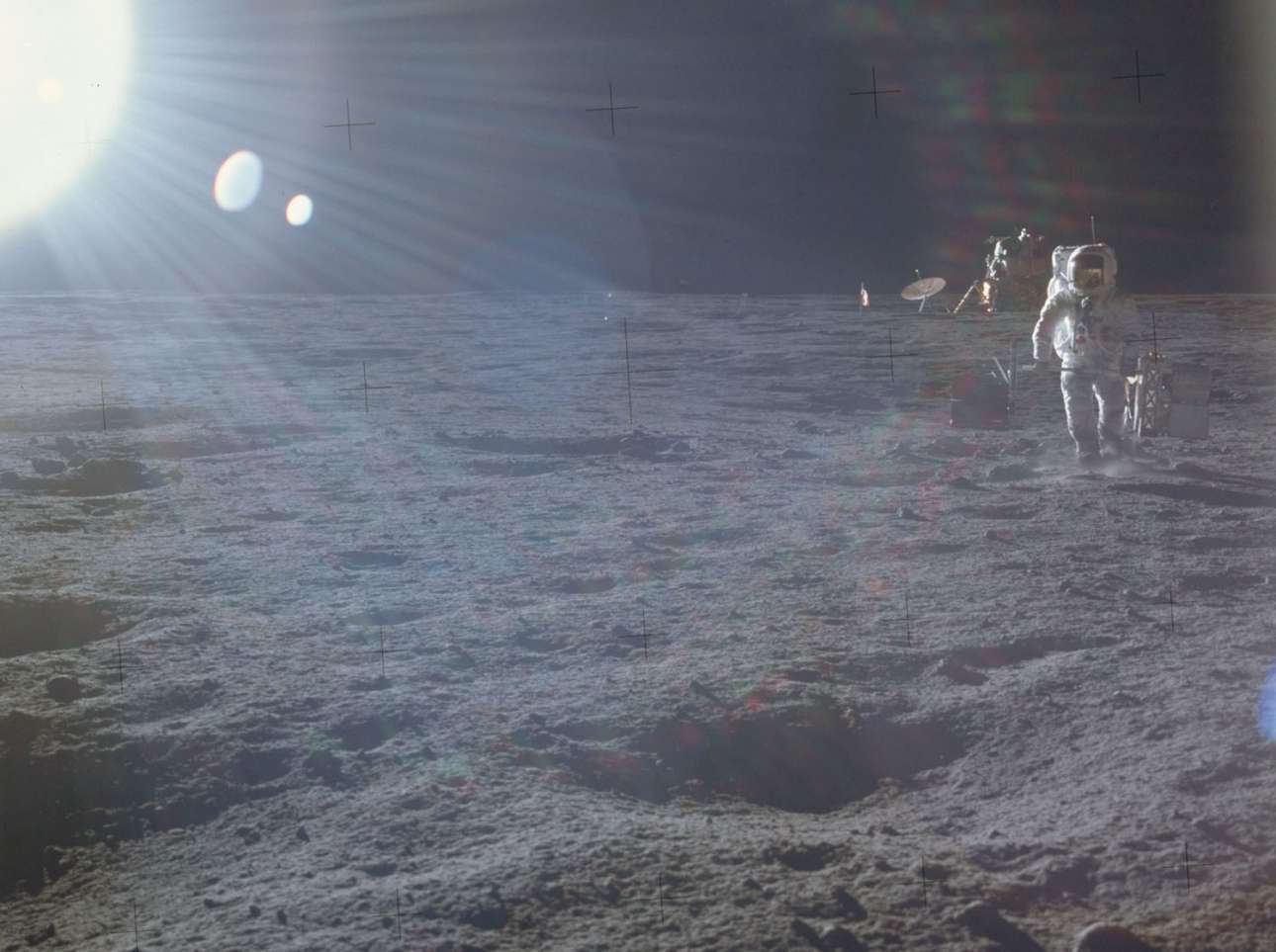 Η πρώτη τους βόλτα εκτός Γης. Οι δύο αστροναύτες ετοιμάζονται να αναπτύξουν τον ειδικό εξοπλισμό πειραμάτων για την επιφάνεια της Σελήνης