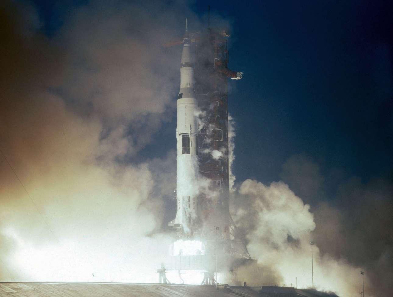 To 110 μέτρων διαστημόπλοιο εκτοξεύεται στις 23.22 τοπική ώρα στις 14 Νοεμβρίου 1969