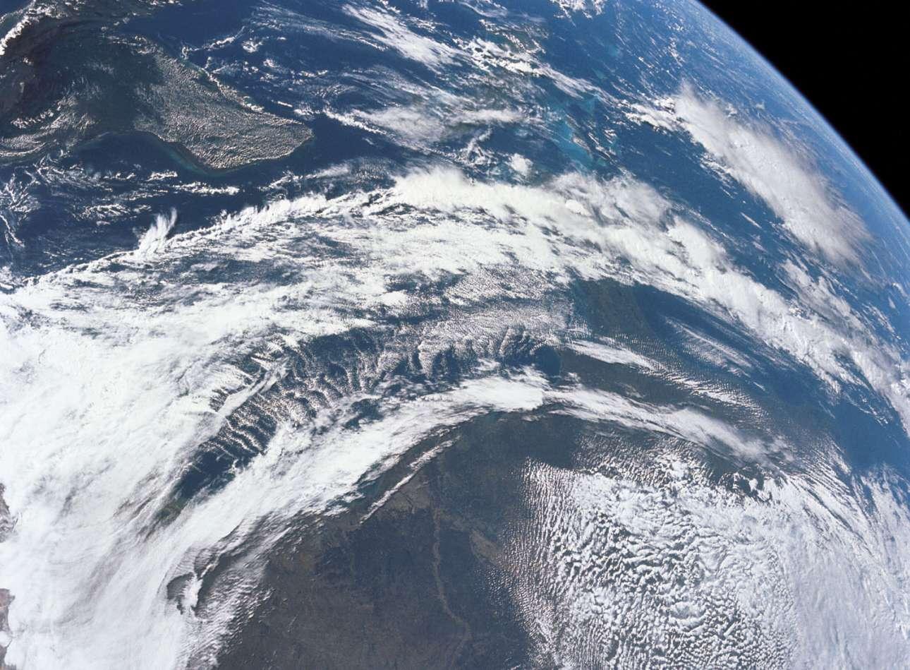 Η θέα της Γης όπως τη φωτογράφισαν οι αστροναύτες του Apollo 12, μόλις 3,5 ώρες μετά την εκτόξευσή τους