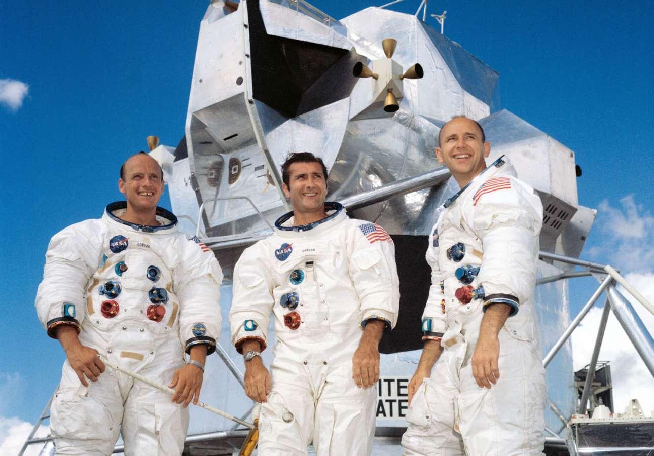 Οι τρεις αστροναύτες του Apollo 12 φωτογραφίζονται τον Σεπτέμβριο του 1969, δύο μήνες πριν την έναρξη της αποστολής στη Σελήνη. Από αριστερά: Τσαρλς Κόνραντ, Ρίτσαρντ Γκόρντον και Αλαν Μπιν