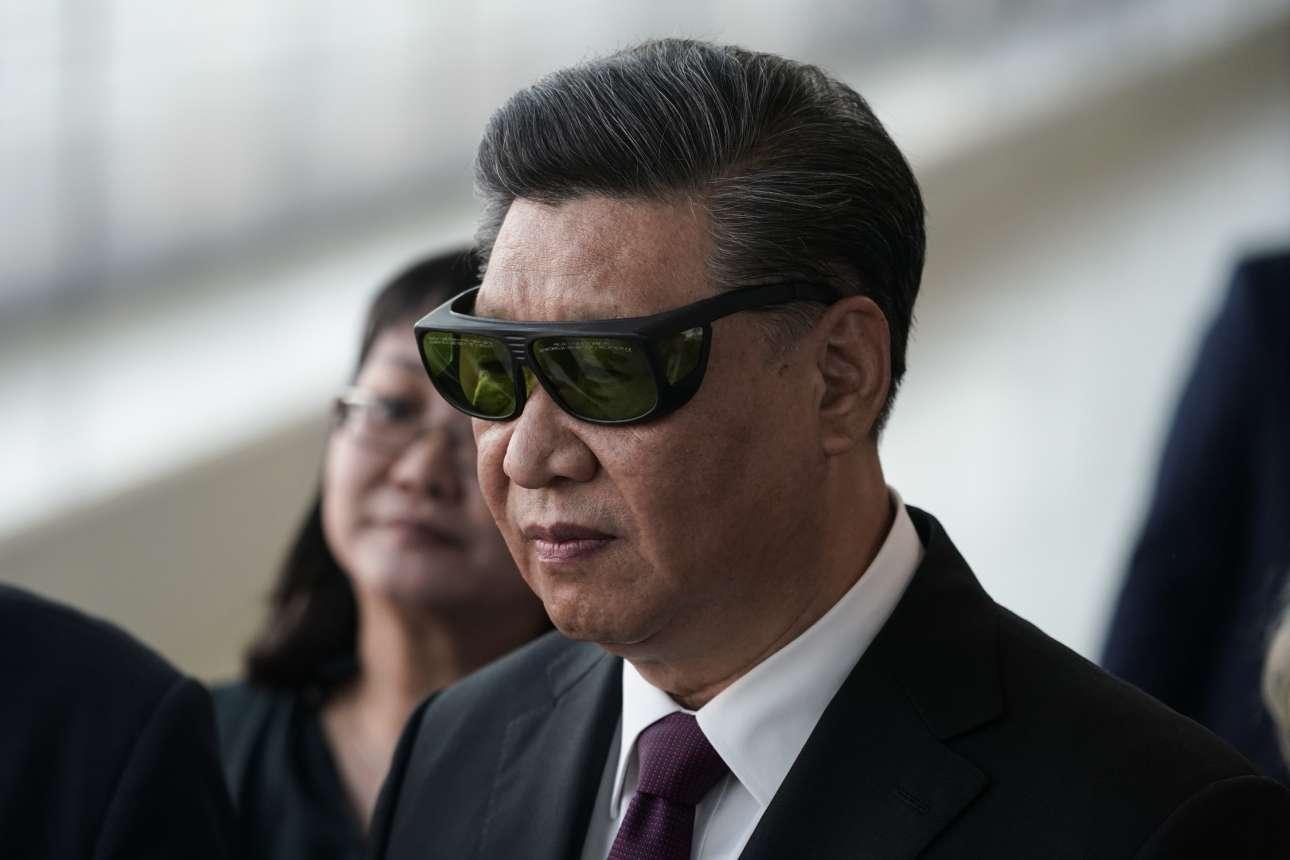Ο Σι Τζινπίνγκ παρατηρεί ένα αρχαιοελληνικό γλυπτό με ειδικά γυαλιά