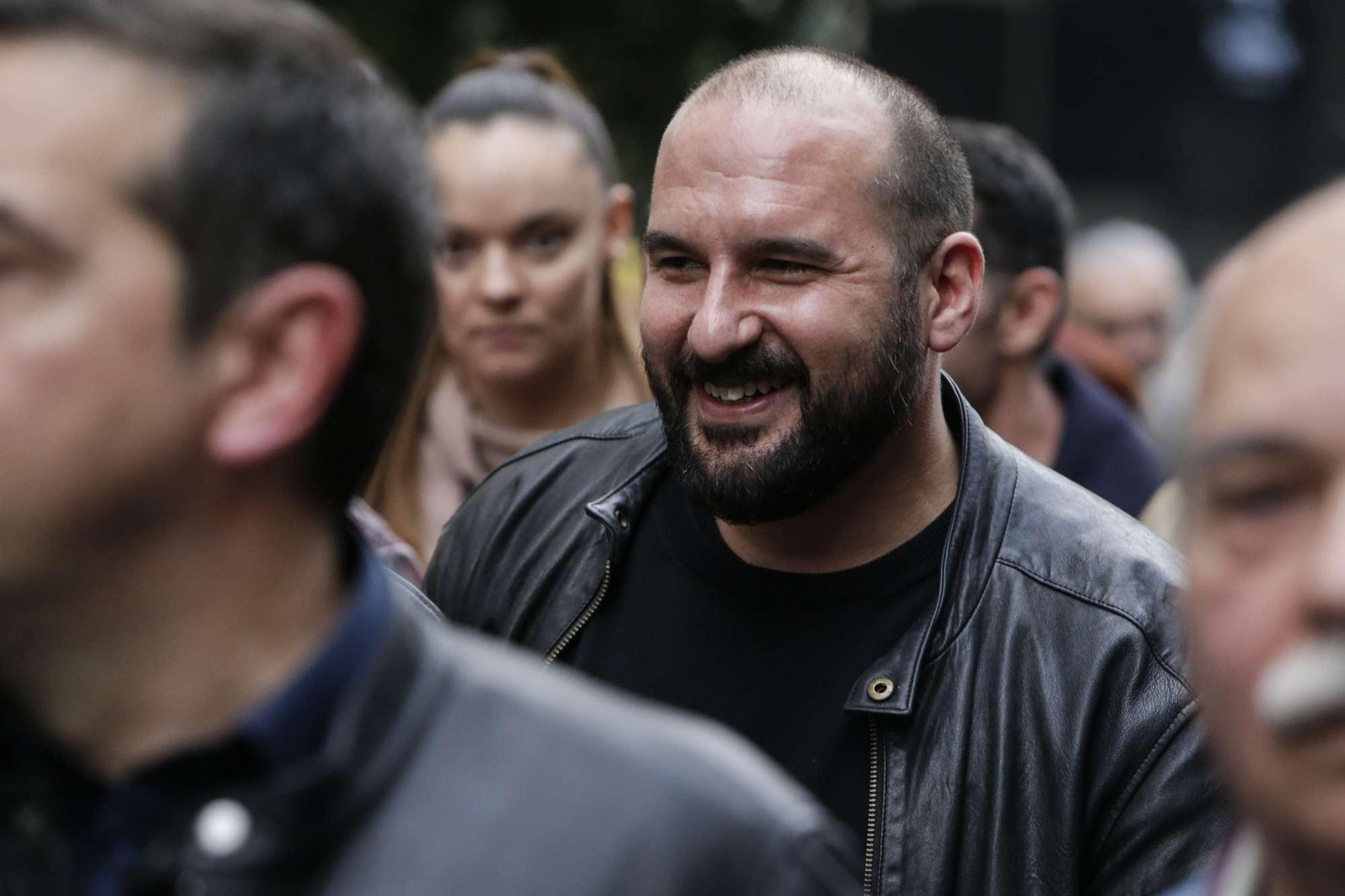 Χαμογελαστός ο «βράχος» Δημήτρης Τζανακόπουλος. Με δερμάτινο κι αυτός...