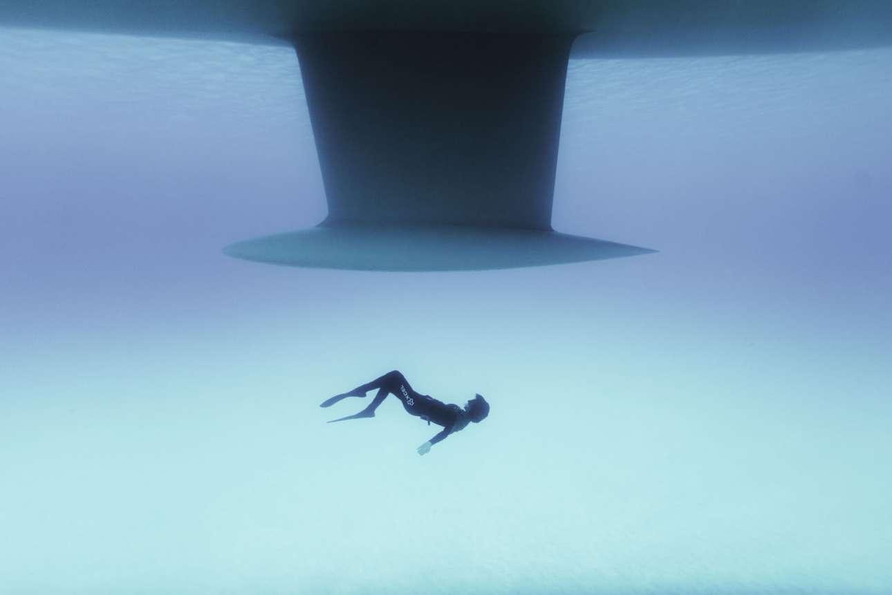 Φιναλίστ στην κατηγορία Innovation by Sony. Ο δύτης Βέρο Βιδάλ κολυμπάει κάτω από ένα πλοίο στην Μενόρκα της Ισπανίας