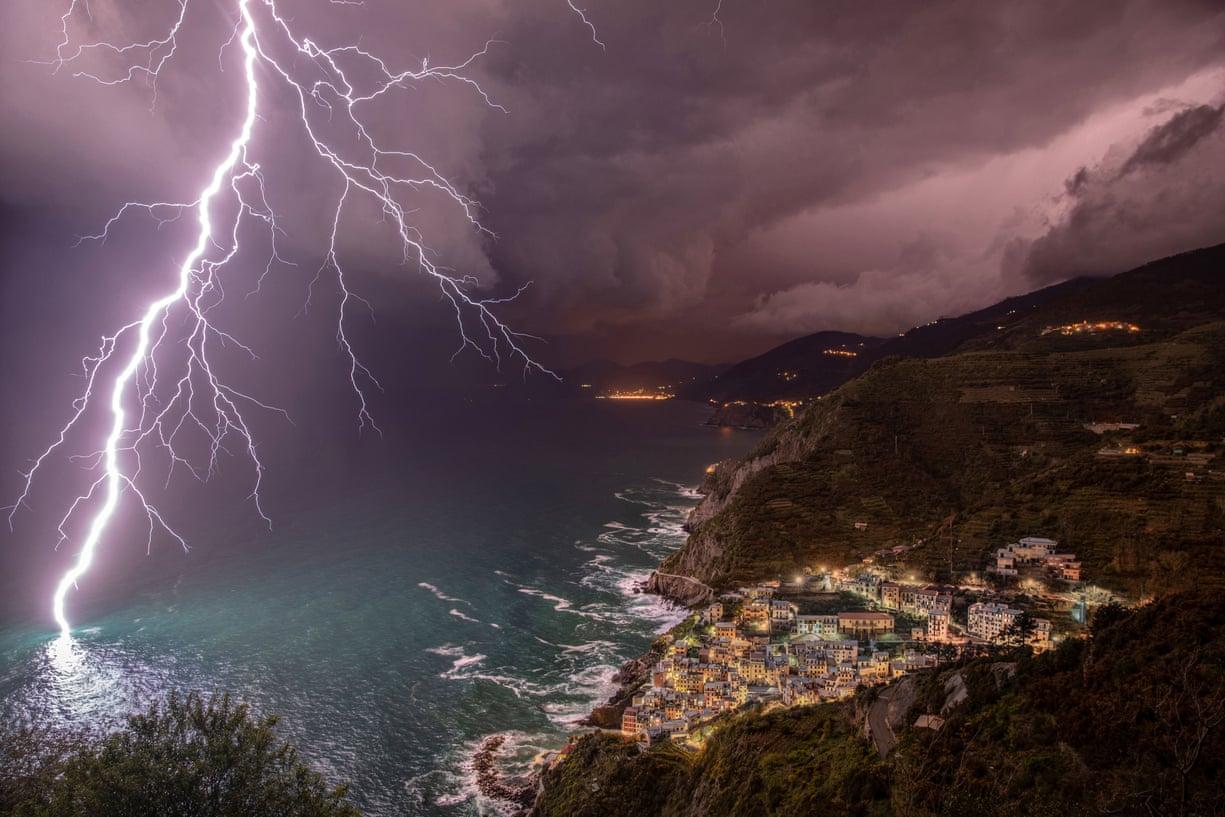 Βραβείο Κοινού: εντυπωσιακοί κεραυνοί πάνω από την ακτή του Ριοματζιόρε, στην Τσίνκουε Τέρε, στην Ιταλία
