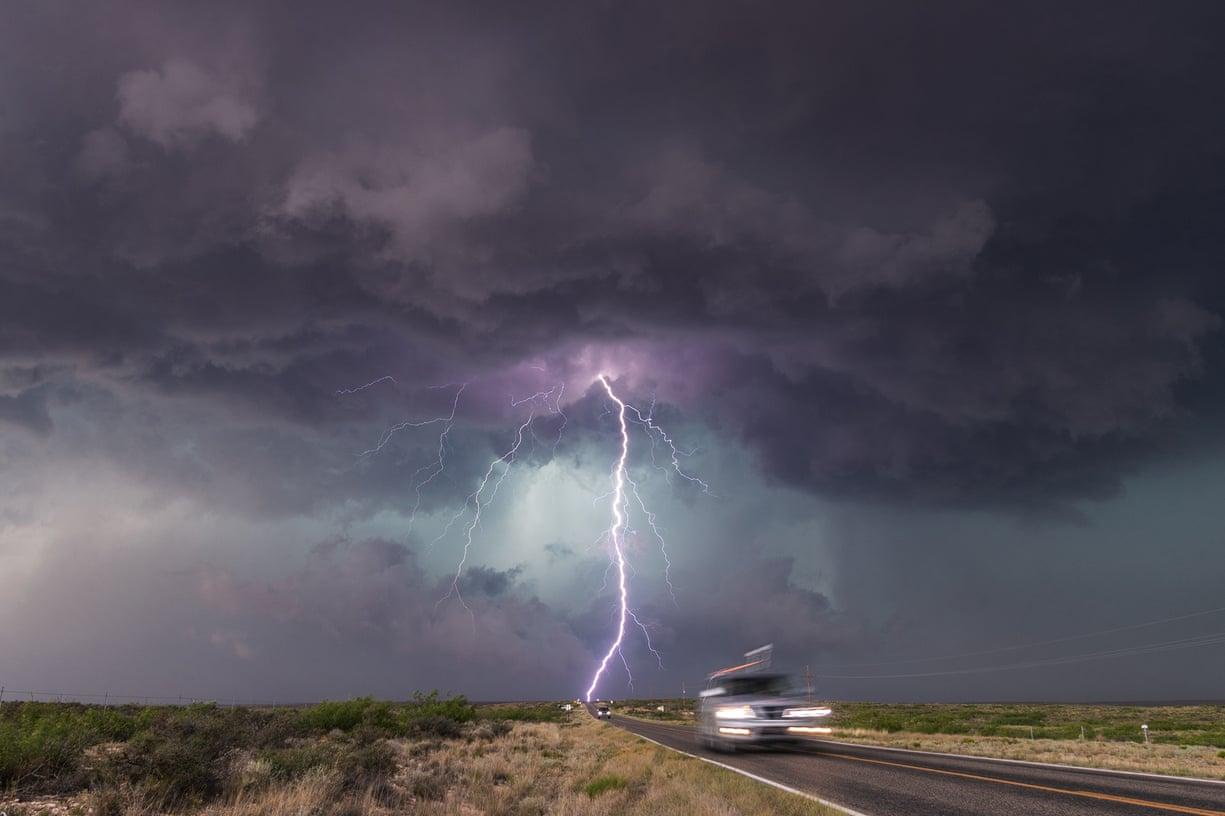Αυτοκίνητα στο Νέο Μεξικό τρέχουν να απομακρυνθούν από την τρομακτική καταιγίδα που πλησιάζει