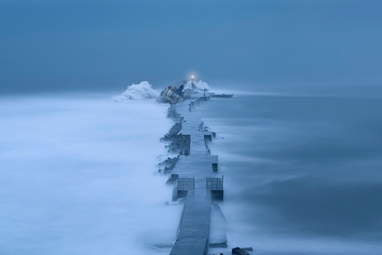 Εγκαταλειμμένο πλοίο έξω από την πόλη Καοχσιούνγκ στην Ταϊβάν σε ένα ιδιαίτερο ατμοσφαιρικό καρέ