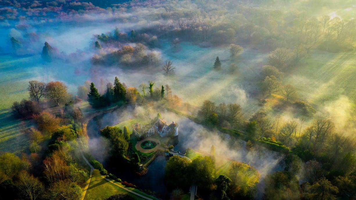 «Πρωινές σκιές»: ομίχλη πάνω από το κάστρο Σκότνεϊ στο Κεντ της Αγγλίας