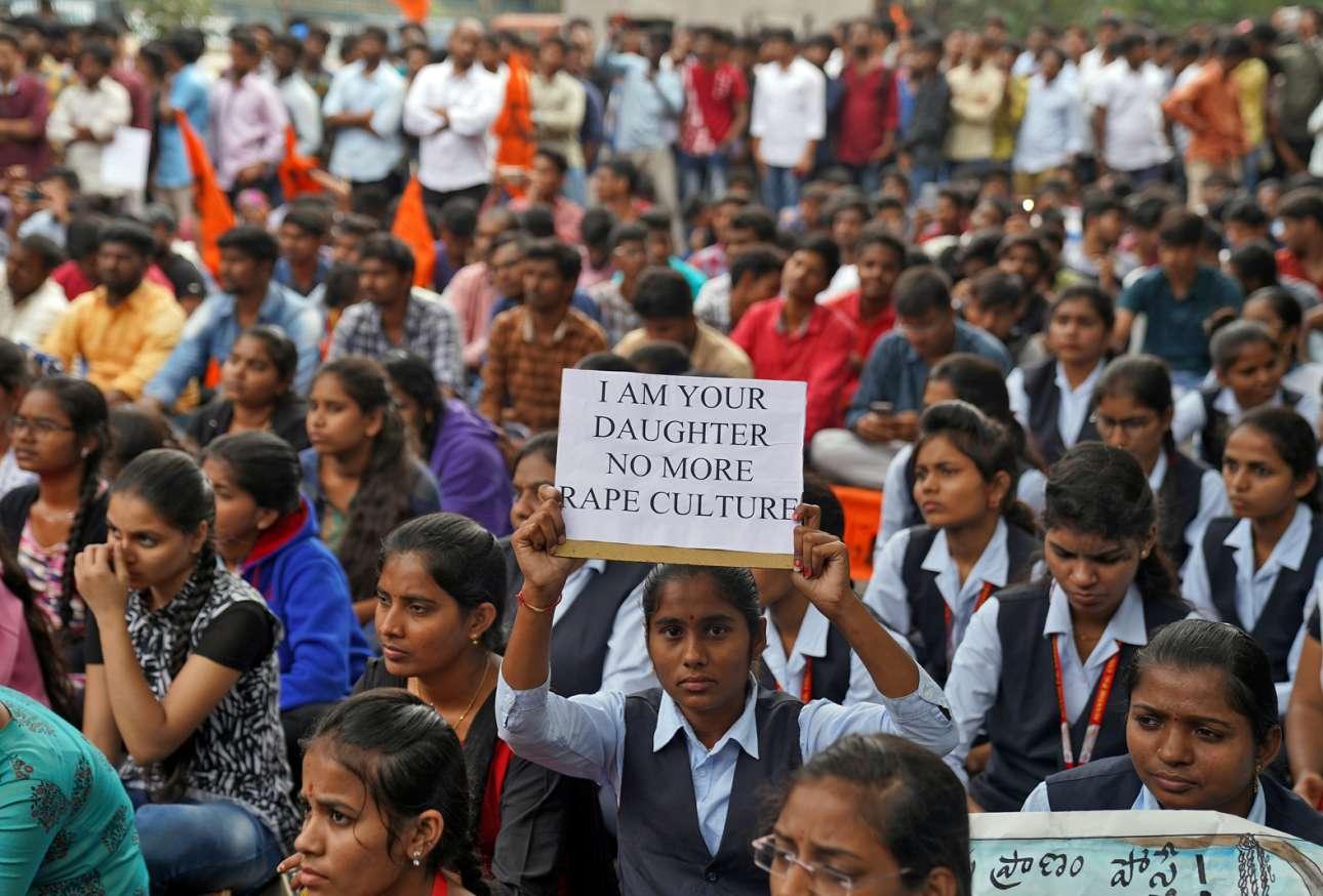 «Είμαι η κόρη σου - Οχι στην κουλτούρα του βιασμού» γράφει το σύνθημα της διαδηλώτριας στην Ινδία