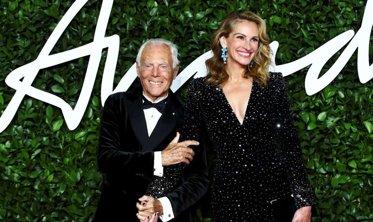 Τζόρτζιο Αρμάνι και Τζούλια Ρόμπερτς ποζάρουν χαμογελαστοί στο κόκκινο χαλί των Fashion Awards. Η αγαπημένη ηθοποιός βράβευσε τον ιταλό σχεδιαστή για την συνολική προσφορά του στη μόδα
