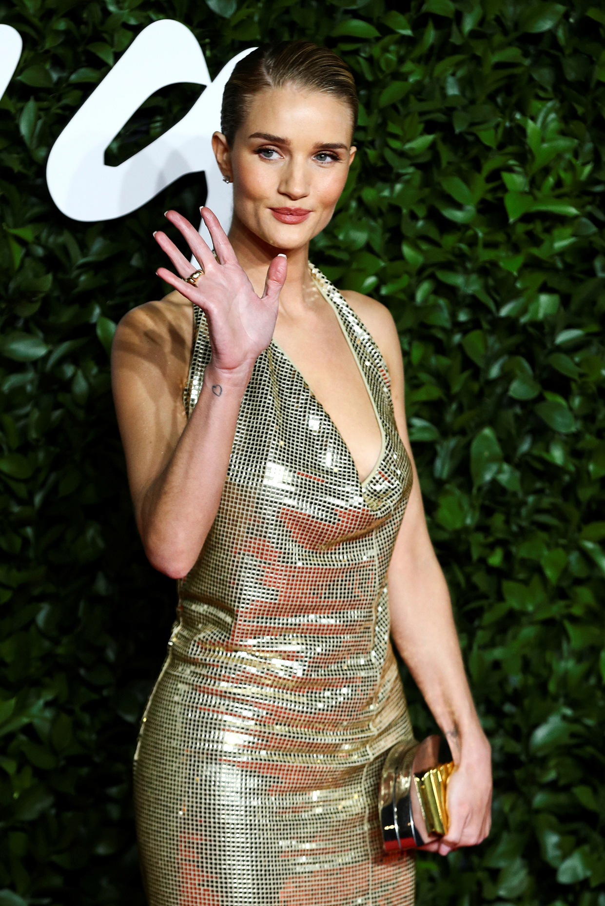 Η καλλονή Ρόζι Χάντινγκτον Γουάιτλι με δημιουργία Bottega Veneta, η οποία απέσπασε και το βραβείο «Φίρμα της Χρονιάς»