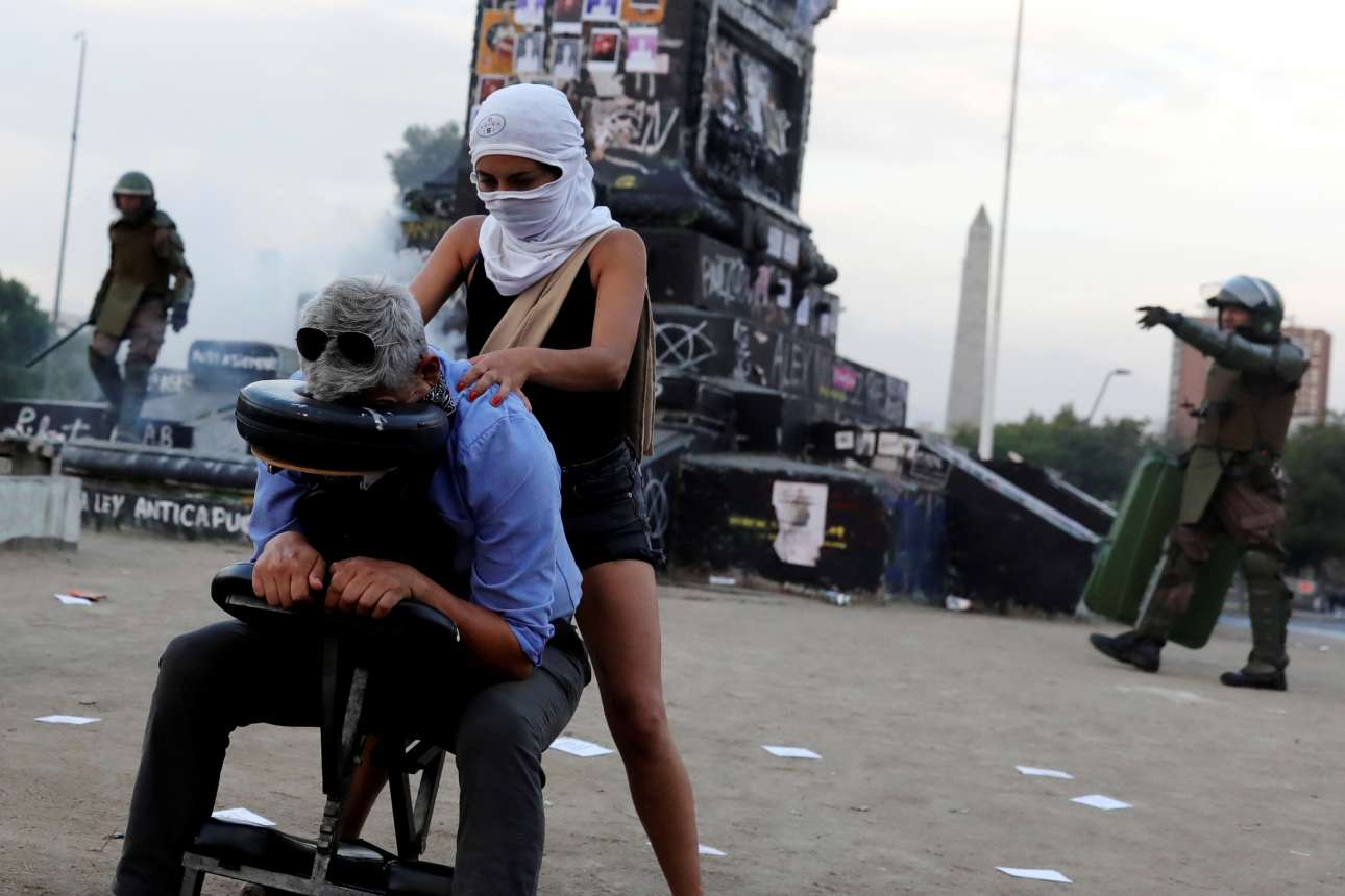 Μασάζ εν μέσω αντικυβερνητικών διαδηλώσεων στο Σαντιάγο της Χιλής - αλλά μόνο για διαδηλωτές