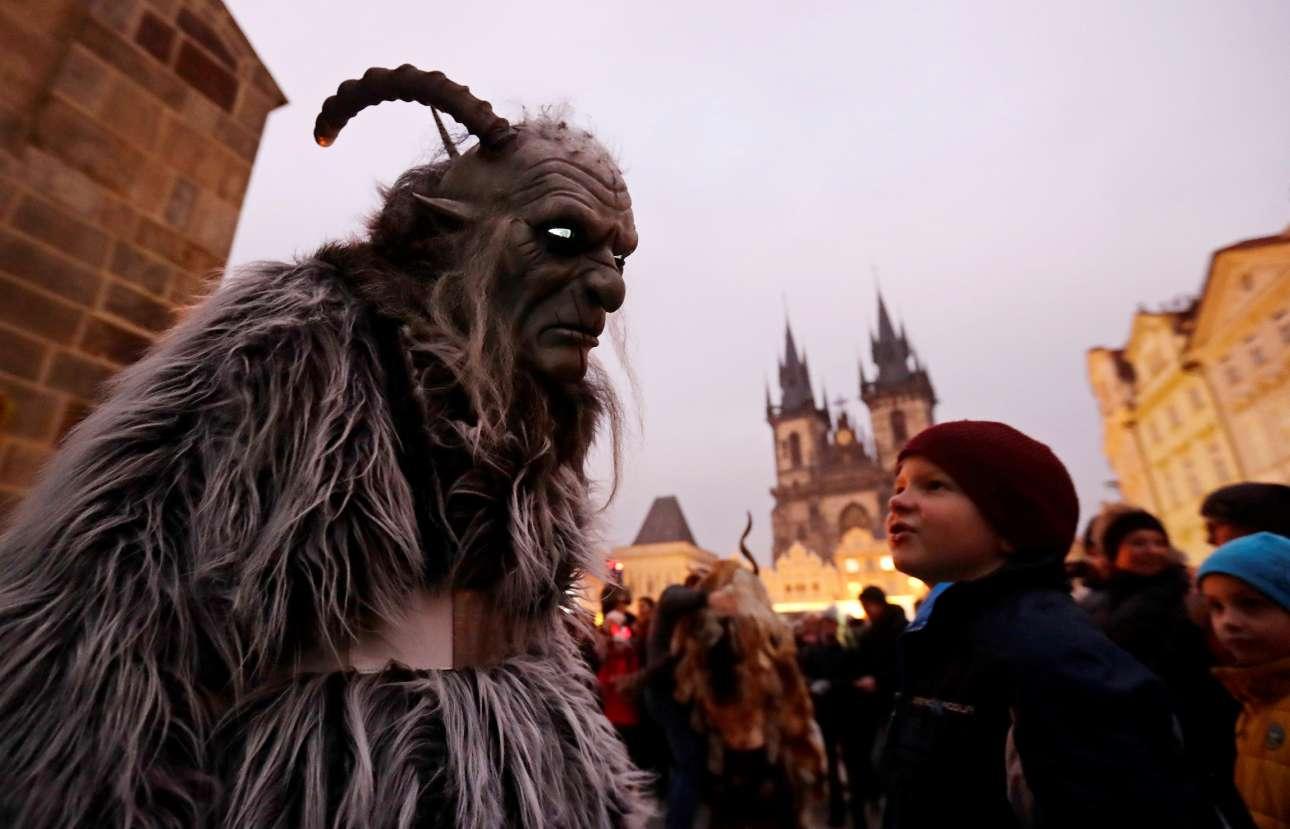 Ατρόμητο μπροστά στους καλικάτζαρους που βγαίνουν στις 6 Δεκεμβρίου, του Αγίου Νικολάου, το αγόρι στην Πράγα της Τσεχίας