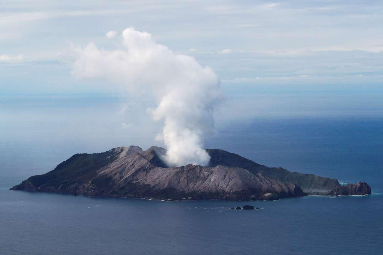 Το τουριστικών και ηφαιστειακών δυνάμεων Νησί Γουάιτ της Νέας Ζηλανδίας καπνίζει ακόμη στις 12 Δεκεμβρίου