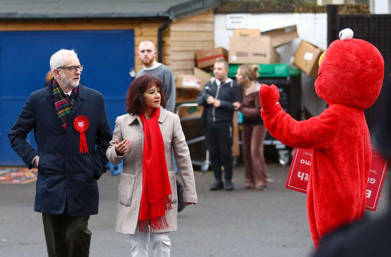 Η αρχή του επεισοδίου: ο «Ελμο» χαιρετά τον Τζέρεμι Κόρμπιν και τη σύζυγό του Λάουρα Αλβάρεζ καθώς καταφθάνουν σε εκλογικό τμήμα στο Λονδίνο