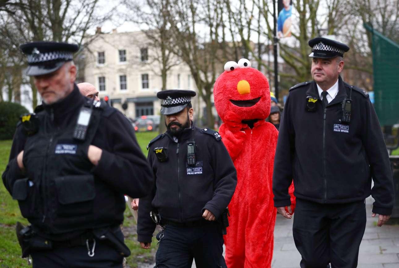 Τρεις αστυνομικοί συνοδεύουν μια γυναίκα μασκαρεμένη ως Ελμο, τον χαρακτήρα της παιδικής σειράς «Σούσαμι άνοιξε», μακριά από εκλογικό τμήμα. Ο «Ελμο» είχε προηγουμένως τσακωθεί με την ασφάλεια του Τζέρεμι Κόρμπιν που είχε πάει να ψηφίσει στο Λονδίνο