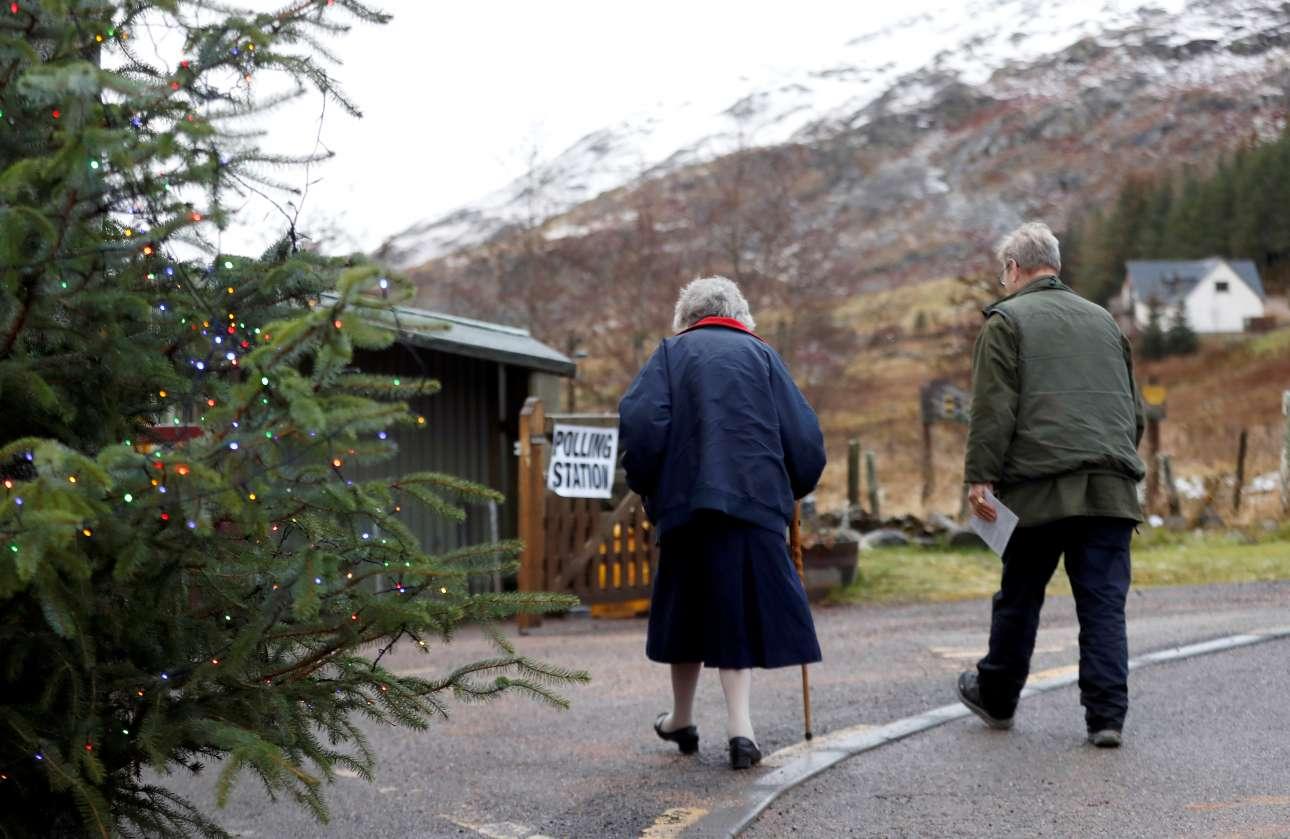 Εναν αιώνα έχουν να ψηφίσουν οι Βρετανοί μήνα Δεκέμβριο. Δύο ηλικιωμένοι σπεύδουν στις κάλπες σε χιονισμένο φόντο και ανάμεσα σε χριστουγεννιάτικα δέντρα στο Λάγκαν της Σκωτίας
