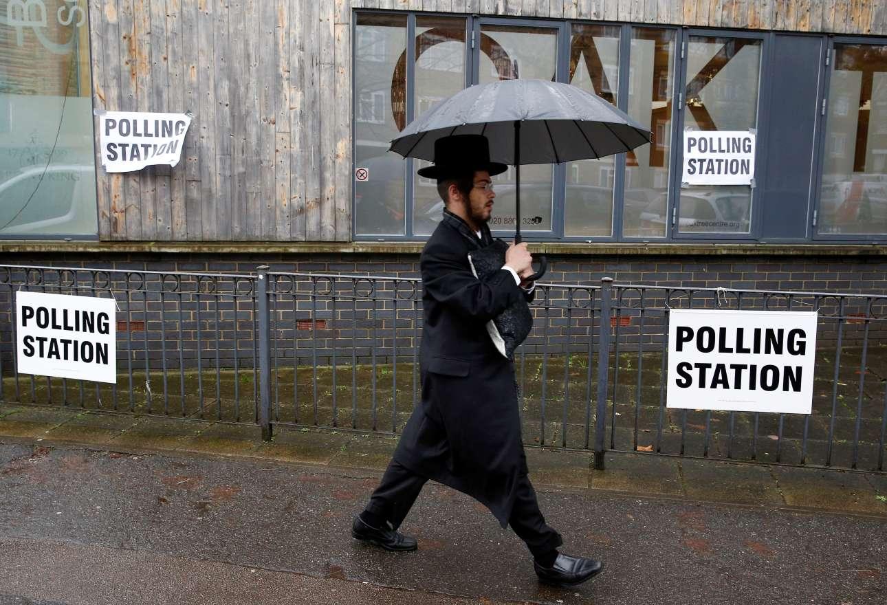 Ενας υπερορθόδοξος Εβραίος οδεύει προς το εκλογικό τμήμα του Στάμφορντ Χιλ, έδρας της μεγαλύτερης ισραηλιτικής κοινότητας του Λονδίνου
