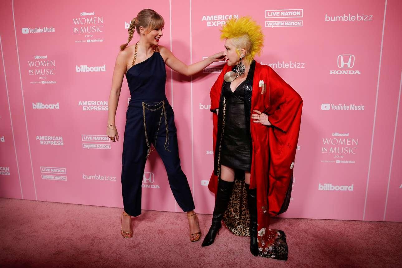 Οι τραγουδίστριες Τέιλορ Σουίφτ και Σίντι Λόπερ όπως εμφανίστηκαν σε εκδήλωση του περιοδικού Billboard στο Λος Αντζελες