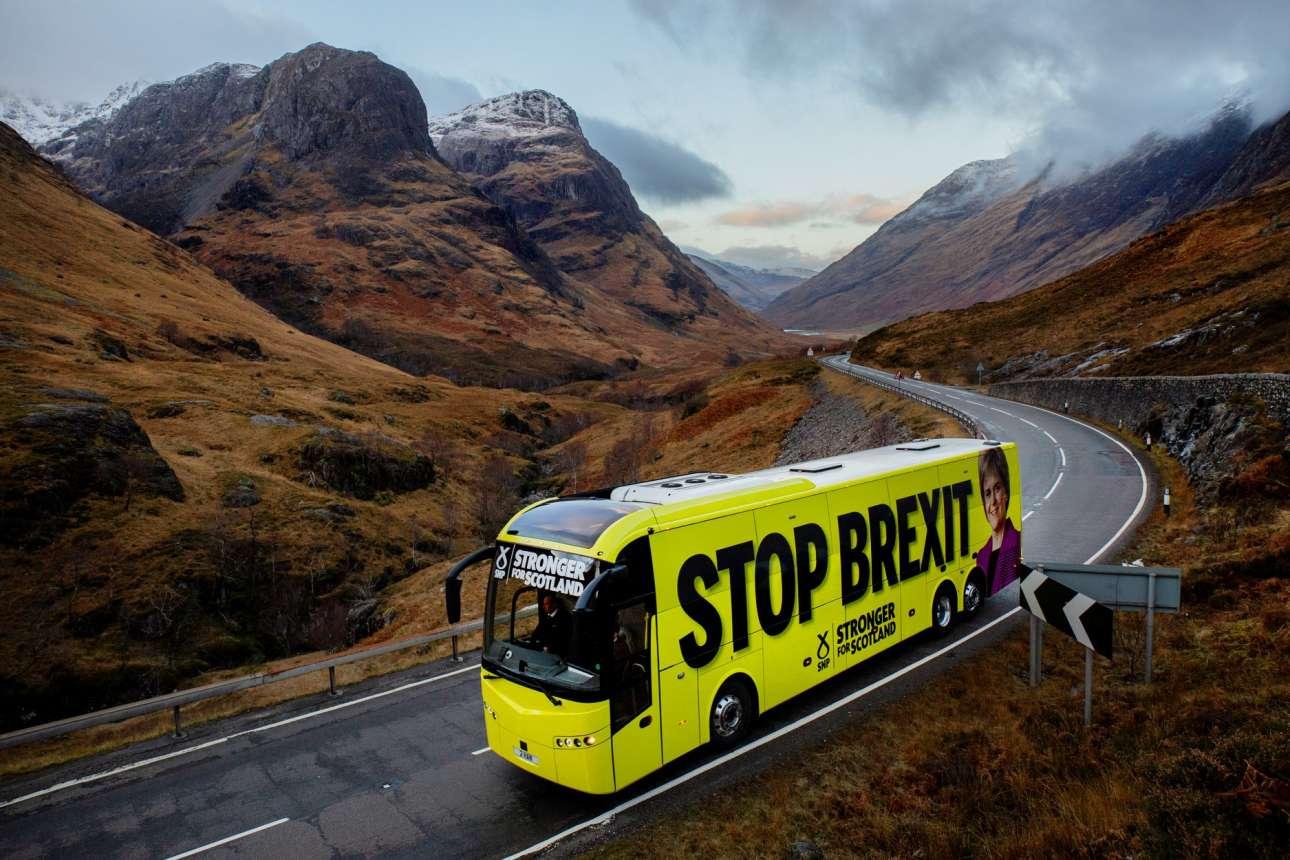 Το λεωφορείο του φιλοευρωπαϊκού Εθνικού Κόμματος Σκωτίας (SNP) τρέχει στα Χάιλαντς για να σταματήσει το Brexit – πάνω από την τελευταία ρόδα του, μας χαμογελά απτόητη η αρχηγός του, η Νίκολα Στέρτζεον