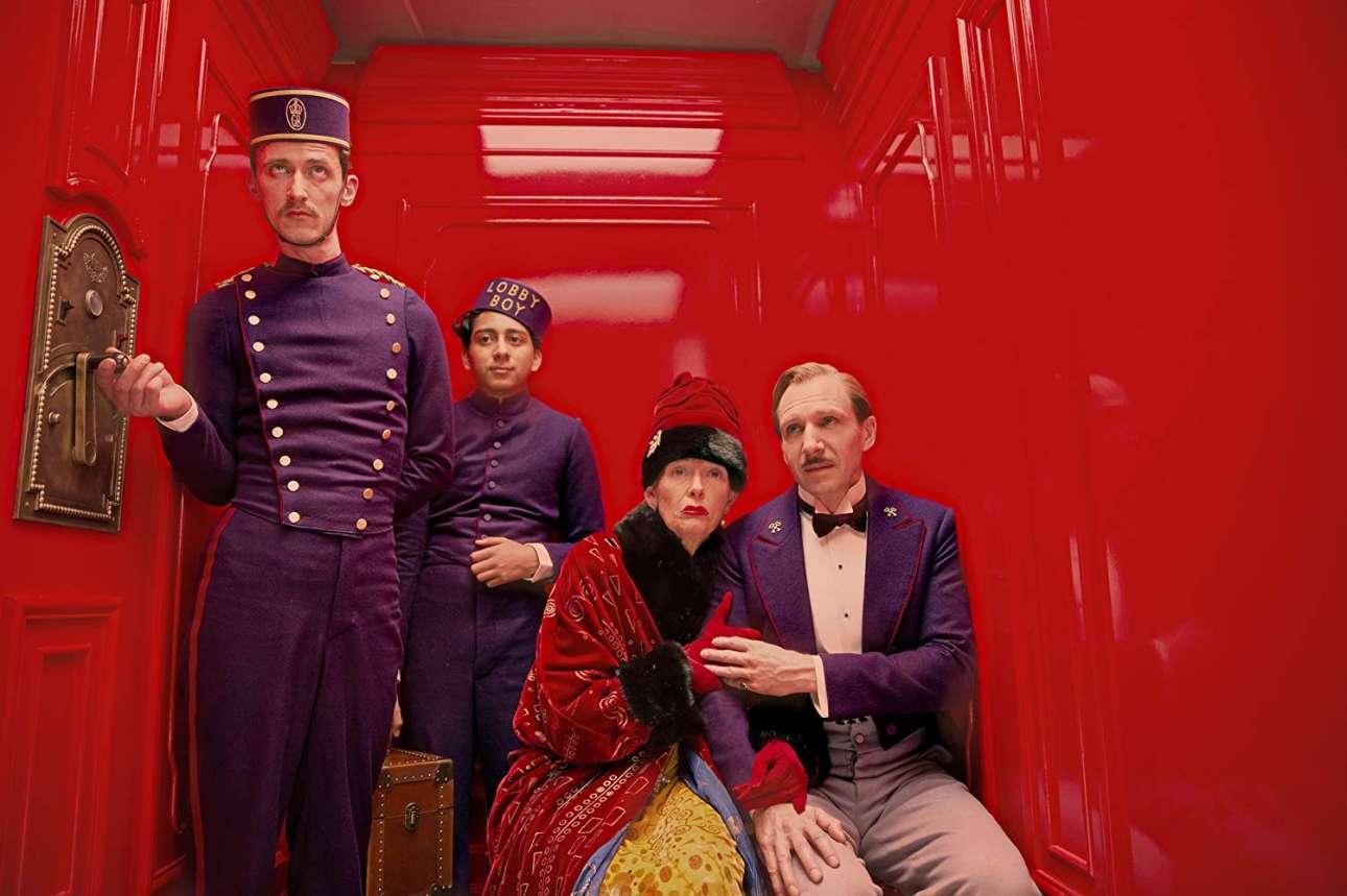 «The Grand Budapest Hotel» (2014). Ο Γουές Αντερσον στα καλύτερά του, προσκαλεί στο παραμυθένιο σύμπαν του ένα υπέροχο καστ και δημιουργεί μία ταινία συνάμα μαγευτική και μελαγχολική με απίστευτη προσοχή στην παραμικρή λεπτομέρεια