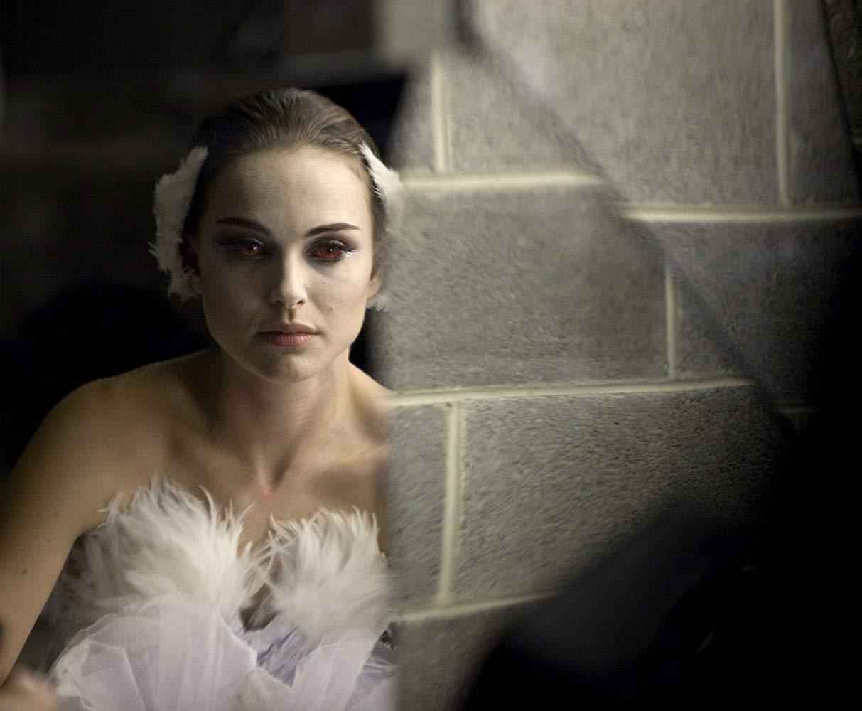«Μαύρος κύκνος» (2010). Ο Αρονόφσκι κάνει αυτό που ξέρει καλύτερα, μας βυθίζει στον κόσμο της παράνοιας με φόντο το ανέβασμα της παράστασης «Η λίμνη των κύκνων». Η Νάταλι Πόρτμαν συγκλονίζει ως αφοσιωμένη πρίμα μπαλαρίνα. Δεν είναι τυχαίο άλλωστε που στις Απόκριες εκείνης της χρονιάς είχαν όλοι ντυθεί «μαύρος κύκνος» - ήταν πράγματι ένας εμβληματικός ρόλος