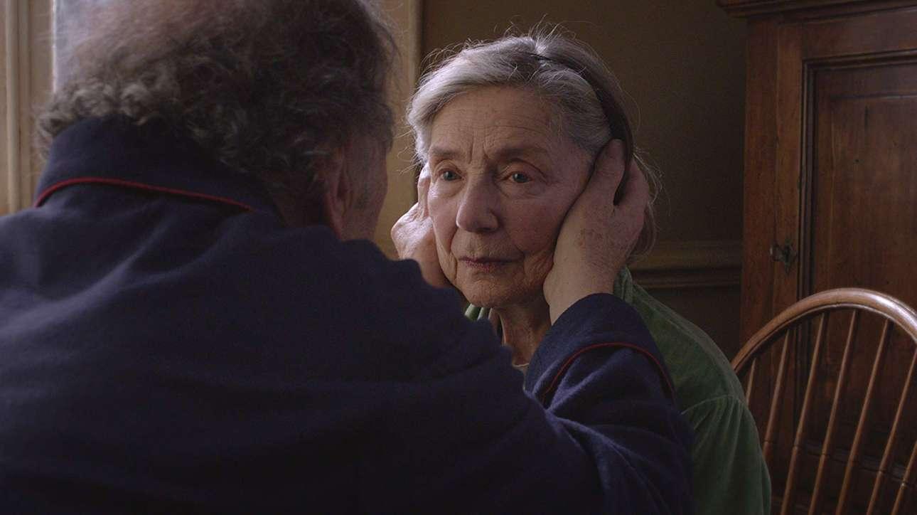 «Αγάπη», (2012). H αποστασιοποιημένη ματιά του Μίκαελ Χάνεκε εστιάζει αυτή τη φορά σε ένα ηλικιωμένο ζευγάρι συνταξιούχων αντιμέτωπο με το τέλος του... δείχνοντας όπως πάντα την ανθρώπινη φύση χωρίς φτιασίδια. Μία ζεστή και ταυτόχρονα κλειστοφοβική και σκληρά ρεαλιστική ταινία για τον θάνατο, την απώλεια, τη φθορά, την ανημποριά, την αξιοπρέπεια και φυσικά την αγάπη