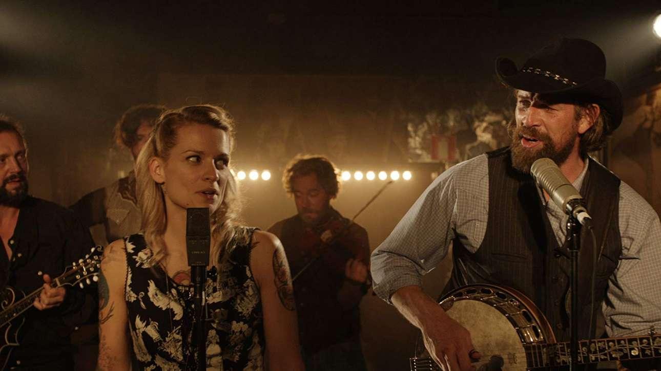 «Ραγισμένα Ονειρα» / «The Broken Circle Breakdown» (2013). Από τα καλύτερα δείγματα του ευρωπαϊκού σινεμά, η βελγική δραματική ταινία θίγει με ρεαλιστικό και συγκινητικό τρόπο το θέμα της αγάπης, της πίστης, του θανάτου και της μετενσάρκωσης, ντυμένη με ένα εκπληκτικό country σάουντρακ. Η ταινία εστιάζει στους δύο διαφορετικούς, αλλά πολύ ερωτευμένους πρωταγωνιστές, τη θρησκευόμενη ρελίστρια Ελίζ και τον ρομαντικό άθεο Ντιντιέ, οι οποίοι πρέπει να αντιμετωπίσουν τον θάνατο της εξάχρονης κόρης τους