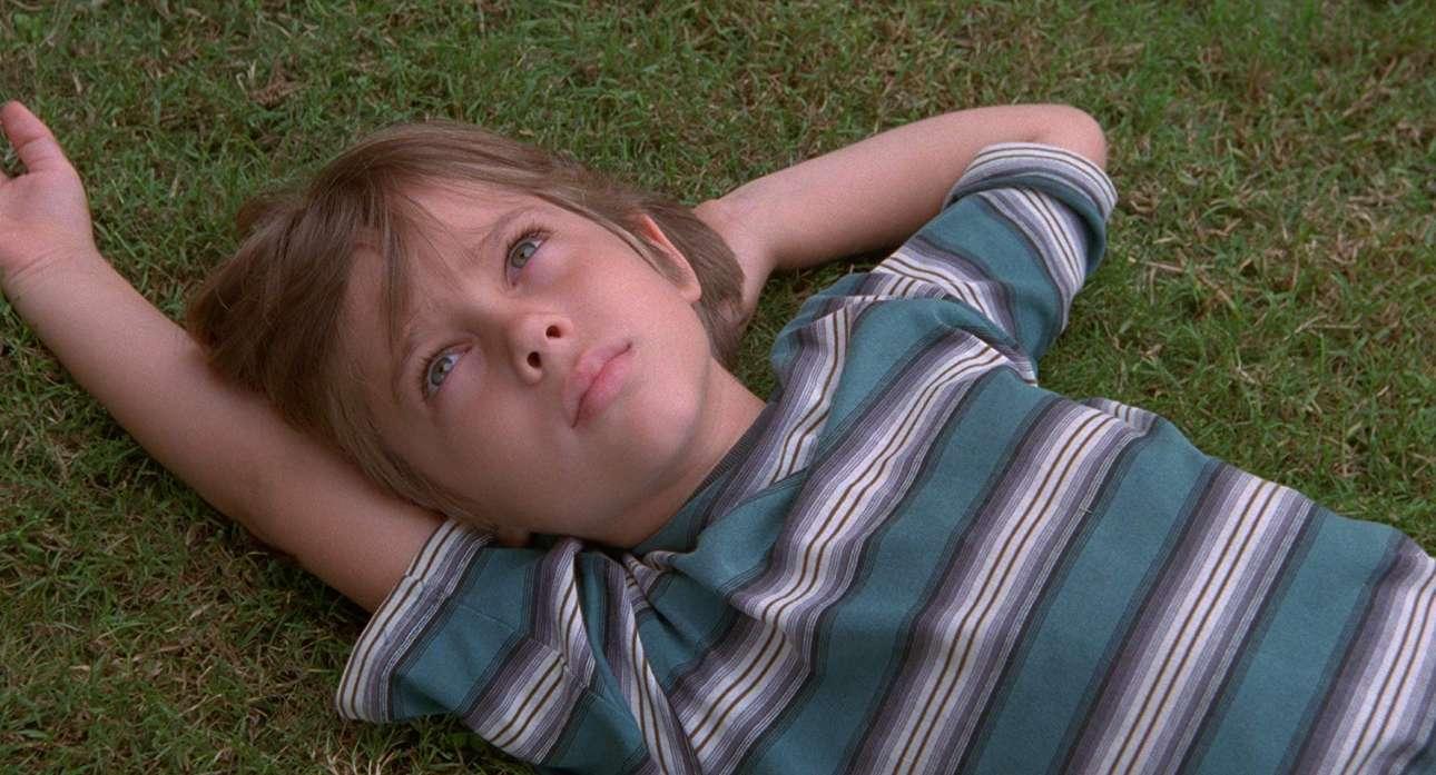 «Boyhood» (2014). Το γεγονός ότι το Boyhood χρειάστηκε 12 χρόνια για να ολοκληρωθεί, παρακολουθώντας την πραγματική ενηλικίωση του πρωταγωνιστή Ελαρ Κολτρέιν, αποτελεί από μόνο του κινηματογραφικό επίτευγμα. Προσθέστε και την τρυφερή σκηνοθεσία του Ρίτσαρντ Λίνκλεϊτερ και τις υπέροχες ερμηνείες του Ιθαν Χοκ και της Πατρίσια Αρκέτ και έχετε μία αληθινή και συγκινητική ταινία για την οικογένεια, τον χρόνο και το πώς είναι να μεγαλώνεις