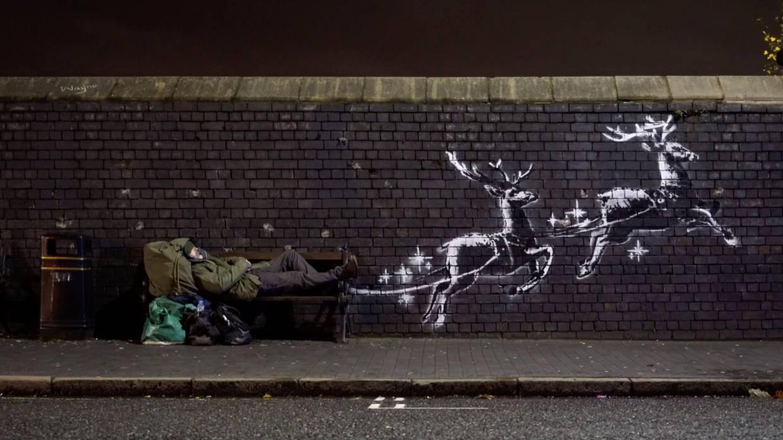 O διάσημος Banksy δημιουργεί μία νέα εορταστική τοιχογραφία στο Μπέρμιγχαμ για να αναδείξει το θέμα των αστέγων. Στο βίντεο που δημοσίευσε στο instagram γράφει: «Ο Θεός να ευλογεί το Μπέρμιγχαμ. Στα 20 λεπτά που τραβούσαμε τον Ράιαν σε αυτό το παγκάκι, περαστικοί τού προσέφεραν ένα ζεστό ρόφημα, δύο σοκολάτες και έναν αναπτήρα - χωρίς αυτός να τα ζητήσει»