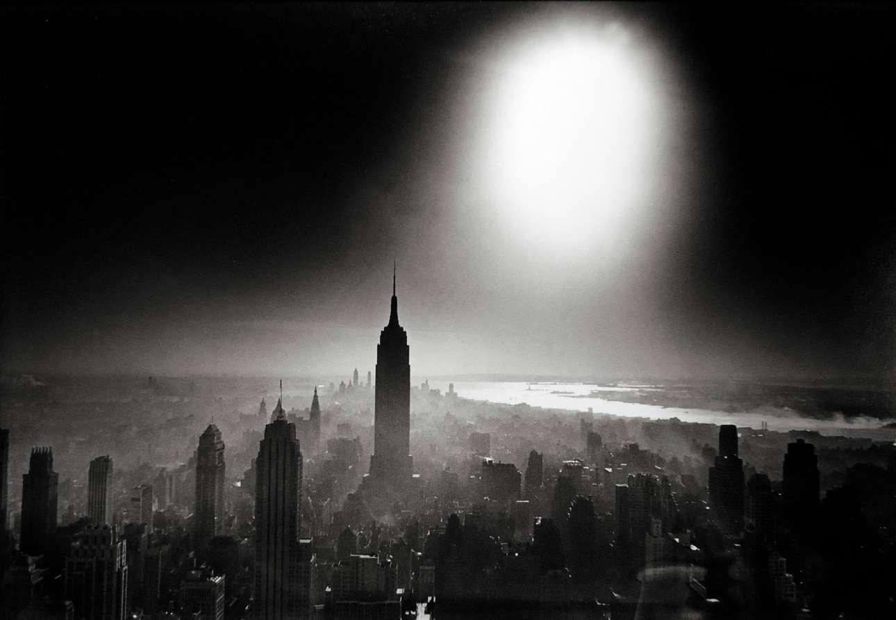 «Ουρανός Ατομική Βόμβα», Νέα Υόρκη, 1966. Σύμφωνα με την Σιμόν ντε Μπoβουάρ, «υπάρχει κάτι στον αέρα της Νέας Υόρκης που καθιστά τον ύπνο άχρηστο»