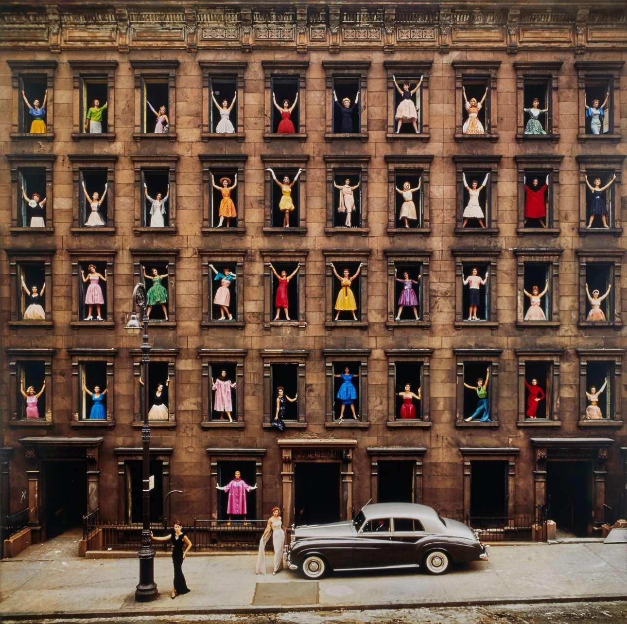 «Κορίτσια στα παράθυρα», Νέα Υόρκη, 1960. «Το έχω σε μεγάλη εκτύπωση επάνω στον τοίχο μου. Ακόμα χαμογελάω κάθε φορά που το βλέπω, ακόμα και μετά από όλα αυτά τα χρόνια. Καθόλου κακό» λέει ο φωτογράφος Ormond Gigli