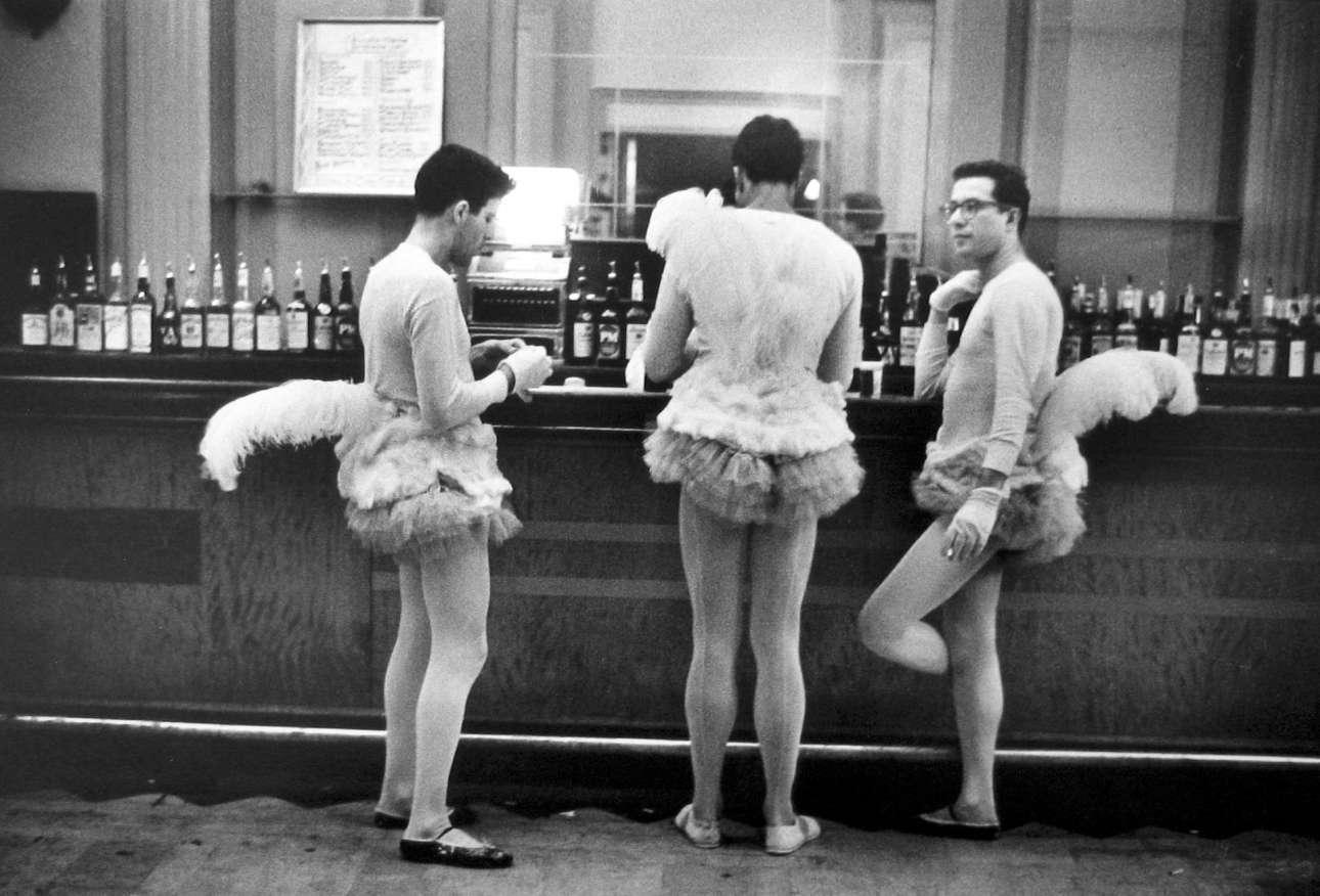 Τρεις μασκαρεμένοι άνδρες σε μπαρ της Νέας Υόρκης, το 1956. «Μπορείς να συναντήσεις εικόνες παντού. Πρέπει απλώς να σε νοιάζει τι βρίσκεται τριγύρω σου και να σε απασχολεί η ανθρωπότητα και η ανθρώπινη κωμωδία»