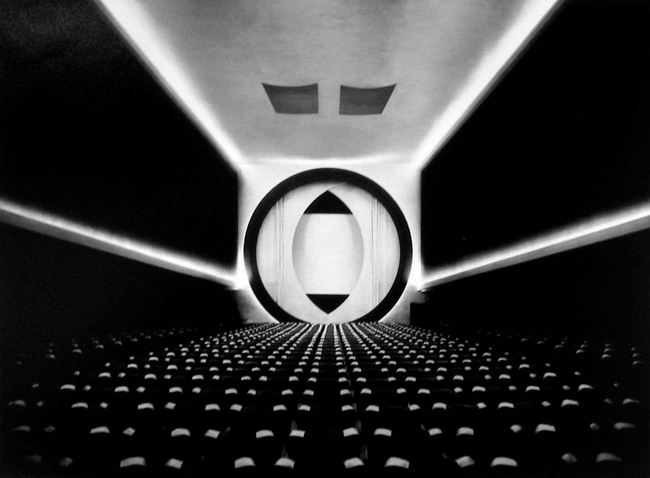 Φουτουριστική λήψη από κινηματογράφο της Νέας Υόρκης. «Η φωτογραφία είναι τέχνη όταν χρησιμοποιείται από καλλιτέχνες» σύμφωνα με την Ρουθ Μπέρναρντ