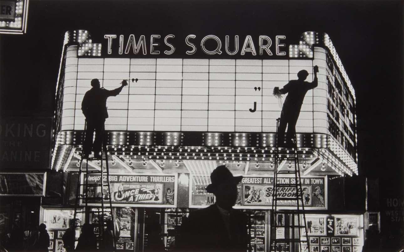 Φωτεινή πινακίδα στην Πλατεία Τάιμς το 1955, σε μία ατμοσφαιρική λήψη της Σαμπίνε Βάις