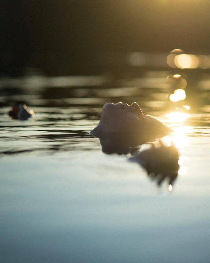 «Γαλήνη: η εικονιζόμενη γυναίκα δείχνει ευτυχισμένη που χαλαρώνει σε μια πισίνα στον Καναδά»