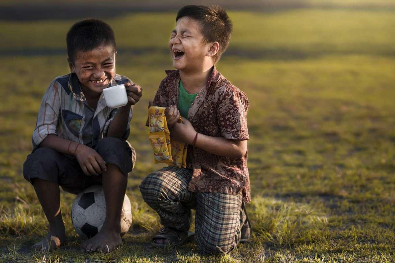 Δύο φίλοι λύνονται στα γέλια, αποδεικνύοντας πως από τα πιο σημαντικά συστατικά της ευτυχίας είναι το δώρο της φιλίας