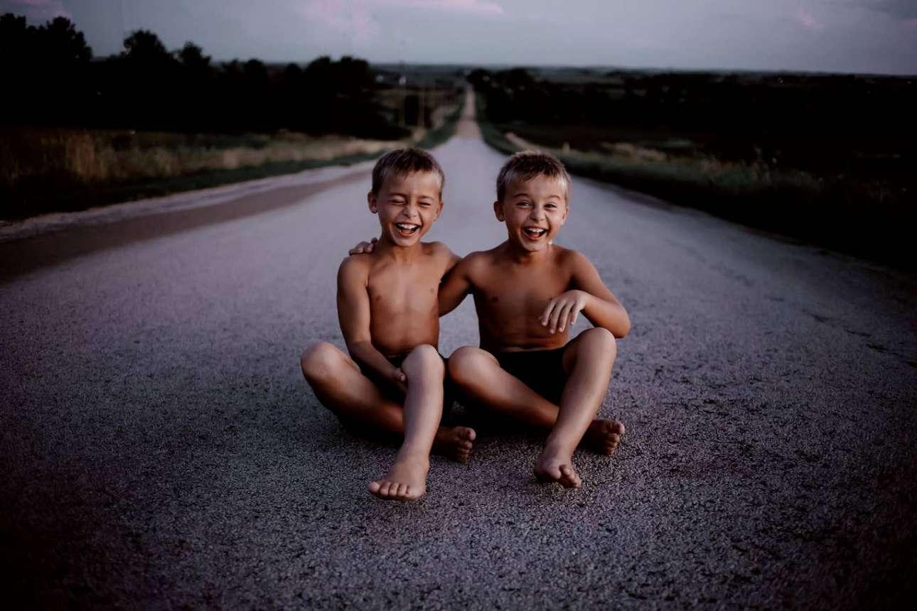 Δίδυμοι, ένα καλοκαιρινό σούρουπο στο βόρειο Ιλινόις, στις ΗΠΑ. «Είναι πραγματικά έτοιμοι να εκραγούν από χαρά. Η ευτυχία τους ξεπερνά τη συγκεκριμένη στιγμή, είναι μια κοινή γνώση μεταξύ των δύο. Χαρά. Ευτυχία. Σύνδεση. Ένας δεσμός που είναι αδιάρρηκτος μεταξύ των δύο νεαρών δίδυμων αδερφών», λέει ο φωτογράφος