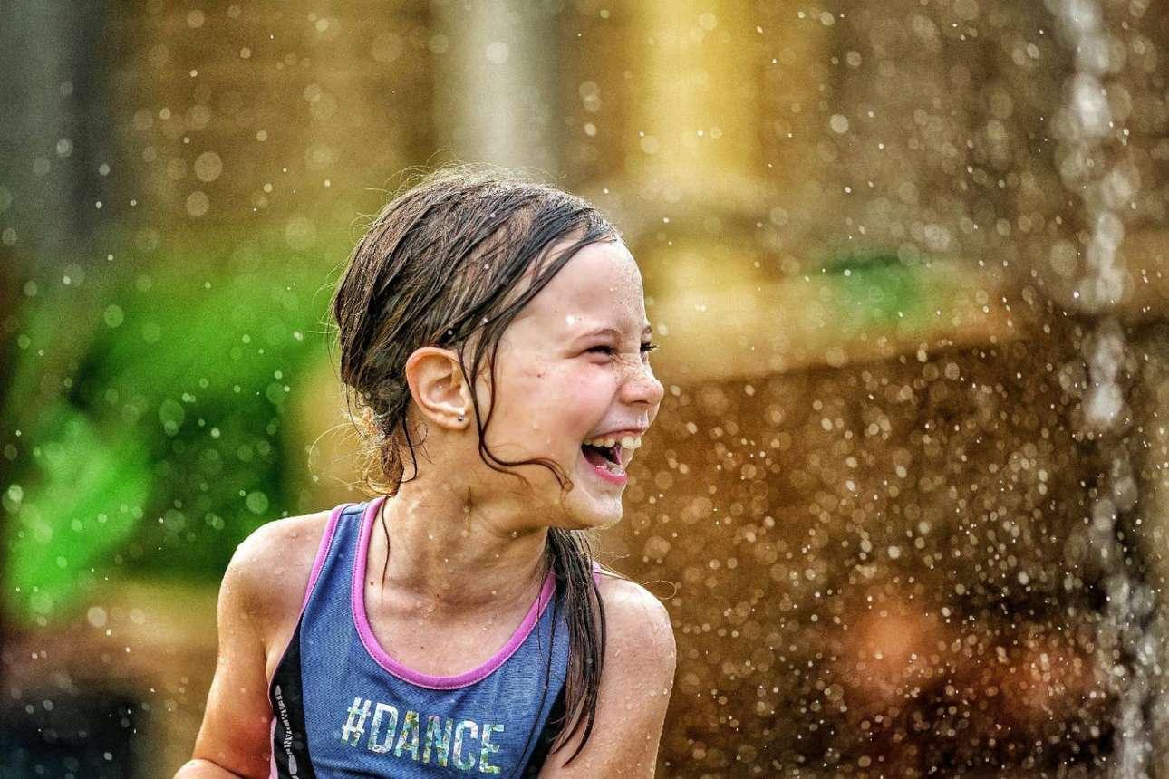 Κοριτσάκι διασκεδάζει ποτίζοντας τον κήπο της στην Αυστραλία