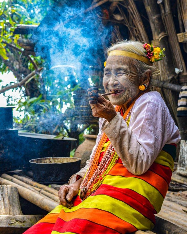Καλλιτέχνης τατουάζ στην Κανπετλάτ της Μιανμάρ. «Είναι σύμβολο εκεί πέρα. Πάντα χαμογελάει και χαίρεται να φωτογραφίζεται» γράφει η συνοδευτική λεζάντα