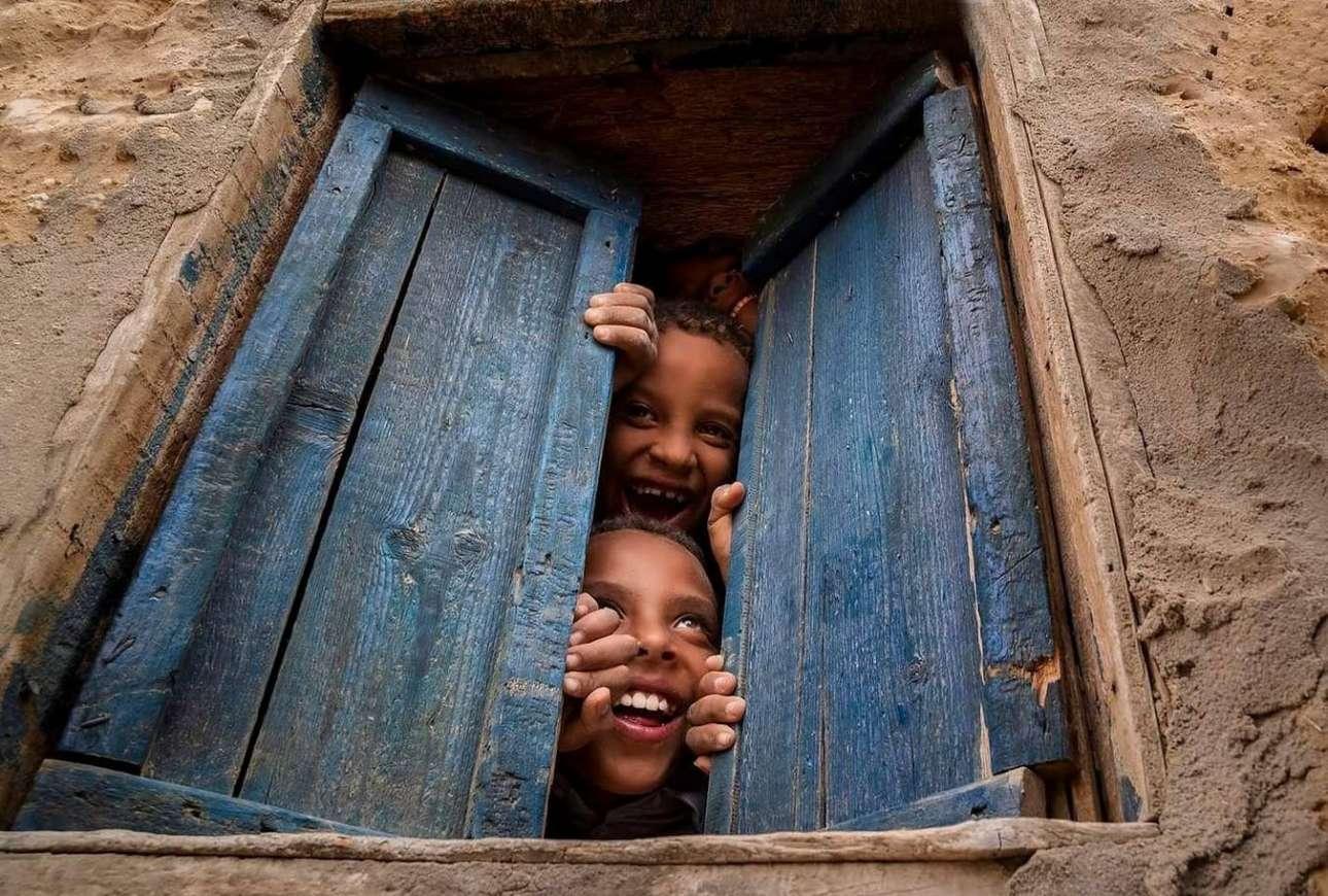 Αδέλφια παρακολουθούν με ενθουσιασμό τους εορτασμούς του φεστιβάλ Siyaha στην όαση της Σίβα, στην Αίγυπτο