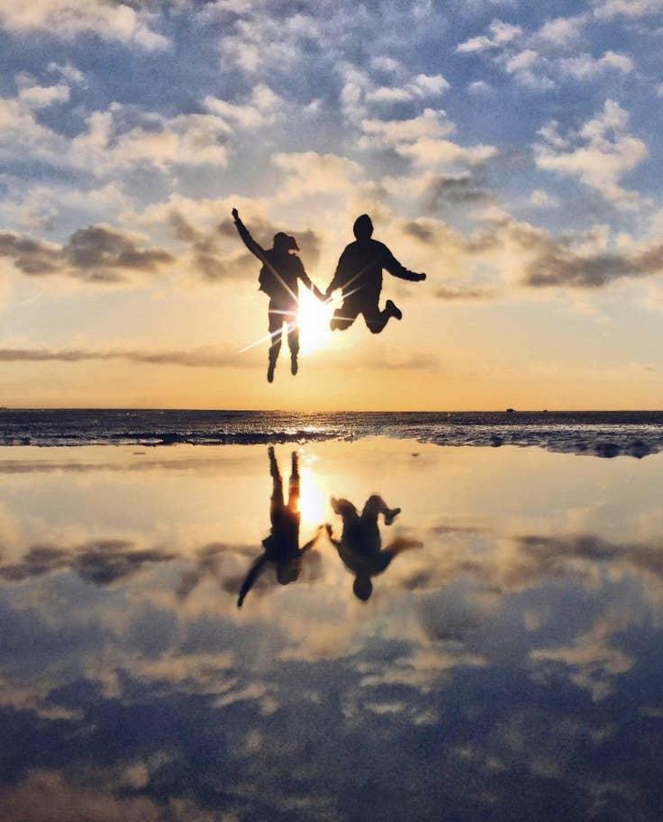 Δύο φίλοι πηδούν παρέα στον αέρα, στην Ισπανία