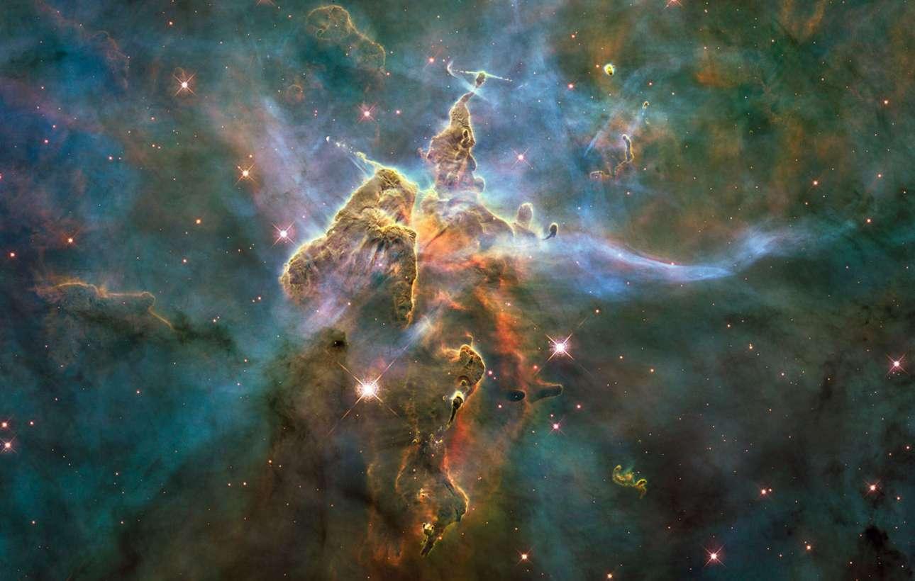 «To υπερφυσικό βουνό». Το Hubble έστρεψε το βλέμμα του στο Νεφέλωμα της Τρόπιδος ένα μεγάλο λαμπρό νεφέλωμα στον αστερισμό της Τρόπιδος, σε απόσταση περίπου 7,5 χιλιάδες έτη φωτός από τη Γη. Πρόκειται για ένα από τα μεγαλύτερα νεφελώματα στον γαλαξία μας και αποτελεί τόπος γέννησης μερικών από των μεγαλύτερων άστρων στον Γαλαξία, όπως το WR 25, το οποίο είναι 6,6 εκατομμύρια φορές λαμπρότερο από τον Ήλιο, και το ήτα Τρόπιδος, το οποίο με μάζα 120 φορές μεγαλύτερη από τη Ήλιο είναι ένα από τα βαρύτερα γνωστά άστρα στο Σύμπαν. Ενας χαρακτηρισμός που έχουν δώσει οι ειδικοί σε αυτή την κοσμική δομή είναι «υπερφυσικό βουνό»