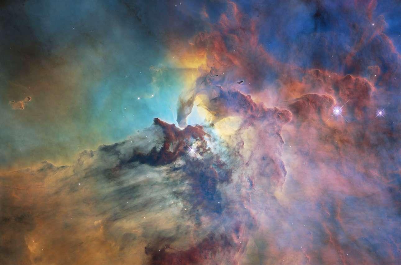 «Η Λιμνοθάλασσα του Σύμπαντος». Το νεφέλωμα M8 που είναι πιο γνωστό ως Νεφέλωμα Λιμνοθάλασσας είναι ένα κολοσσιαίο διάχυτο νεφέλωμα που βρίσκεται στον αστερισμό του Τοξότη και υπό καλές συνθήκες είναι ορατό με γυμνό μάτι. Εχει πλάτος 55 έτη φωτός και ύψος 20 έτη φωτός. Αποτελεί ένα εργοστάσιο παραγωγής νέων άστρων και το Hubble έχει καταγράψει αυτή την εντυπωσιακή εικόνα από μια από περιοχές του νεφελώματος που η κοσμική του ύλη είναι ιδιαίτερα πυκνή και οι αλληλεπιδράσεις με τους λαμπρούς αστέρες που υπάρχουν προκαλούν μια σειρά από εντυπωσιακά φαινόμενα που μελετούν οι επιστήμονες