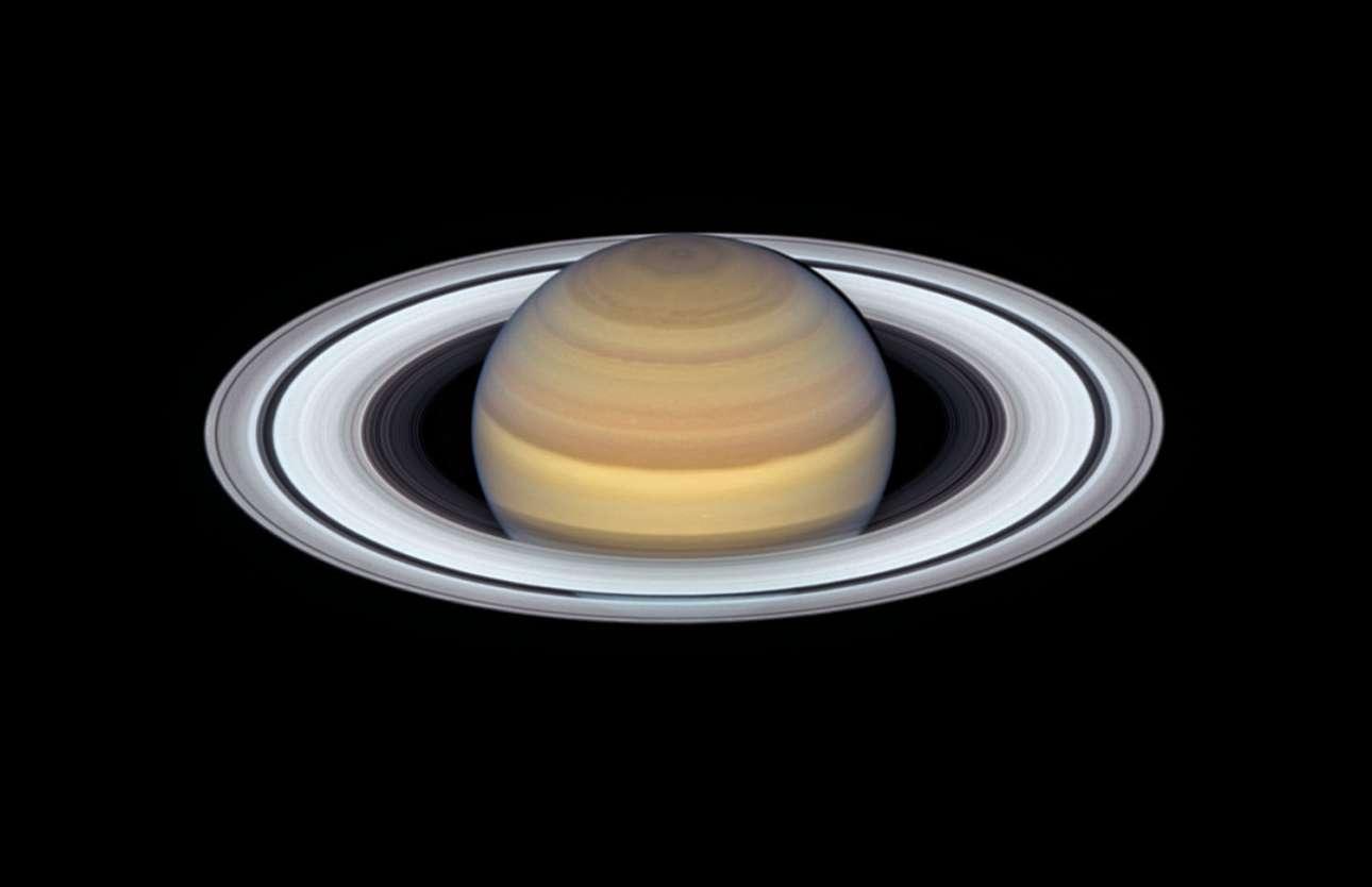 «O καλοκαιρινός Κρόνος». Είναι από τους πιο πολυφωτογραφημένους πλανήτες του ηλιακού μας συστήματος και όχι άδικα αφού τα εντυπωσιακά του δαχτυλίδια τον καταστούν μοναδικό. Τον περασμένο Ιούνιο το Hubble κατέγραψε αυτή την εικόνα στις οποίες καταγράφονται τα διάφορα ατμοσφαιρικά φαινόμενα που συμβαίνουν την θερινή περίοδο στον Κρόνο ειδικά στην περιοχή του ισημερινού και στο βόρειο ημισφαίριο του.