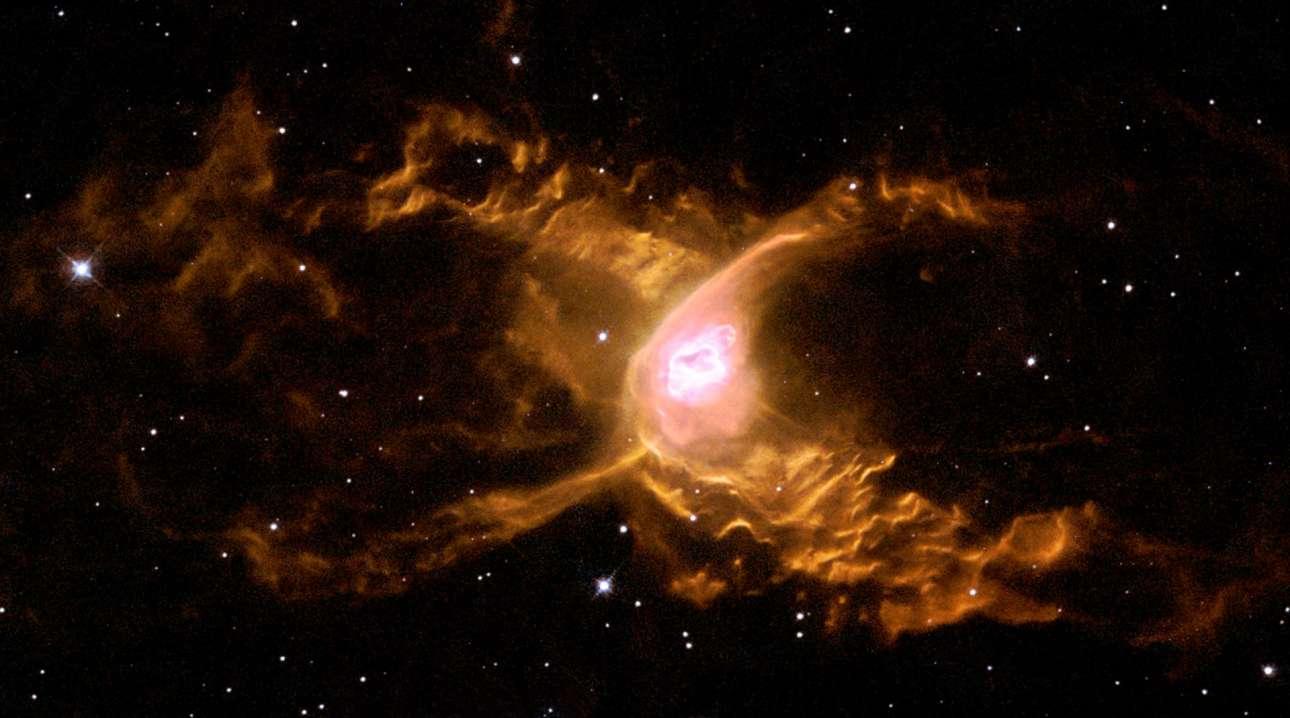 «H αράχνη του Διαστήματος». Σε απόσταση περίπου τριών χιλιάδων ετών φωτός στον αστερισμό του Τοξότη βρίσκεται το νεφέλωμα NGC 6537 που είναι ευρύτερα γνωστό με τον όνομα Νεφέλωμα Κόκκινη Αράχνη. Το νεφέλωμα που κυριαρχείται από πολύ ισχυρούς θερμούς ανέμους έχει χαρακτηριστικό σχήμα καθώς αποτελείται από δύο συμμετρικούς λοβούς. Στο κέντρο του νεφελώματος υπάρχει ένας αστέρας που μετά την αυτοκαταστροφή του έχει πάρει την μορφή του λευκού νάνου αλλά τα κοσμικά φαινόμενα που εντοπίζονται στο νεφέλωμα κάνουν τους επιστήμονες να εικάζουν ότι πιθανώς να υπάρχει κοντά στον λευκό νάνο και ένα ακόμη άστρο.